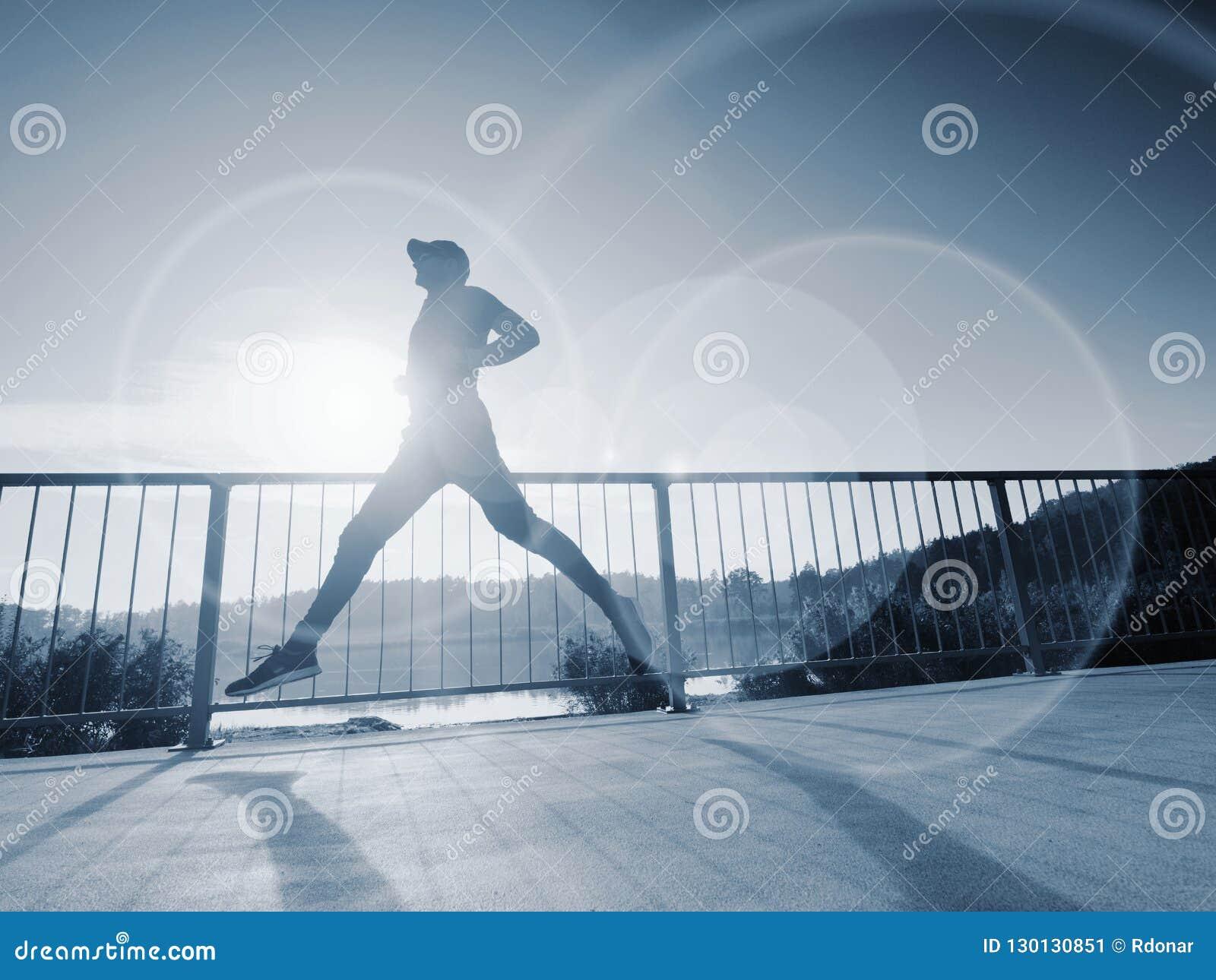 Coureur de séance d entraînement L homme font l étirage, faisant une pause de l extérieur couru