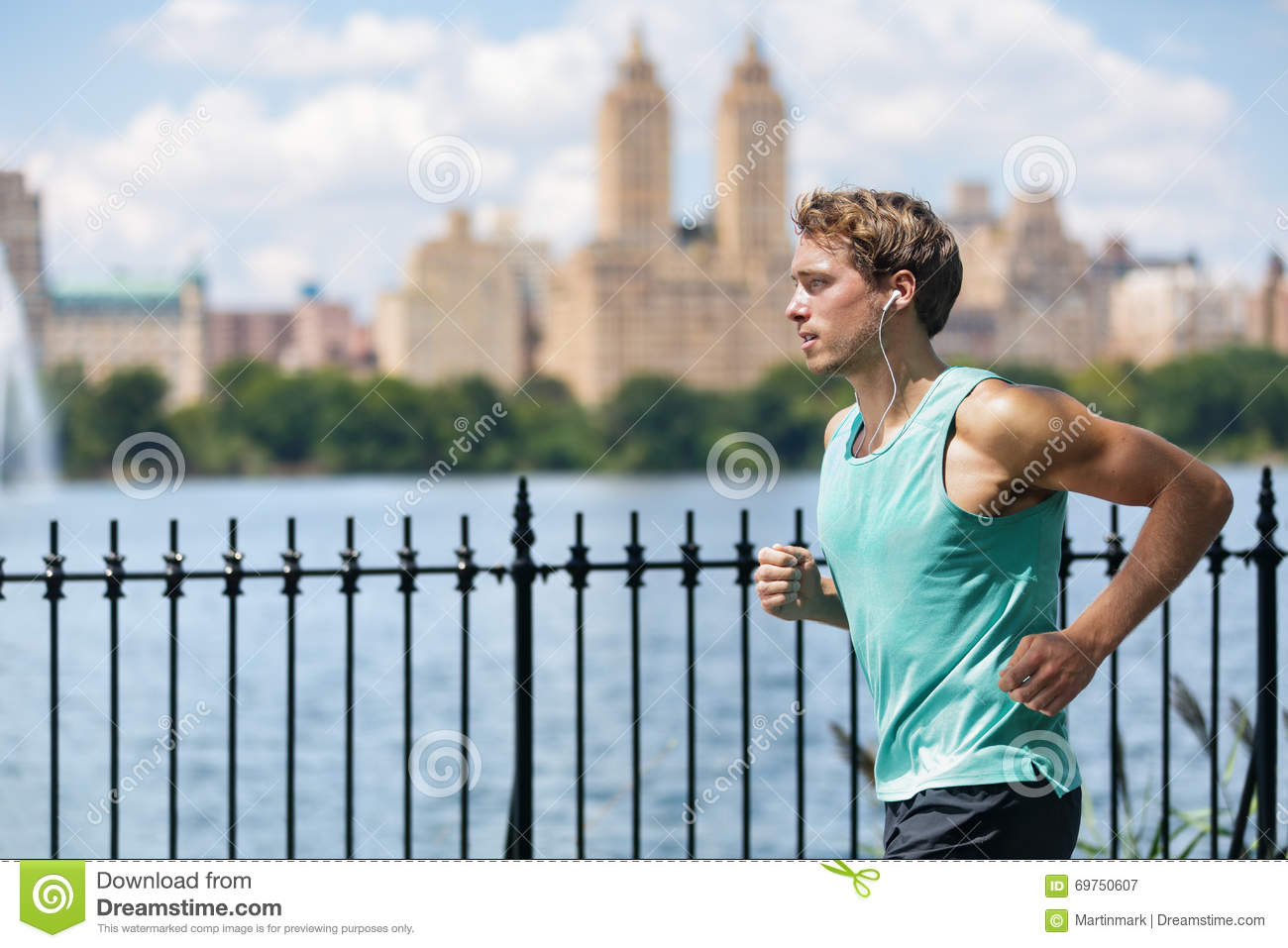 Coureur masculin fonctionnant dans le Central Park de New York City
