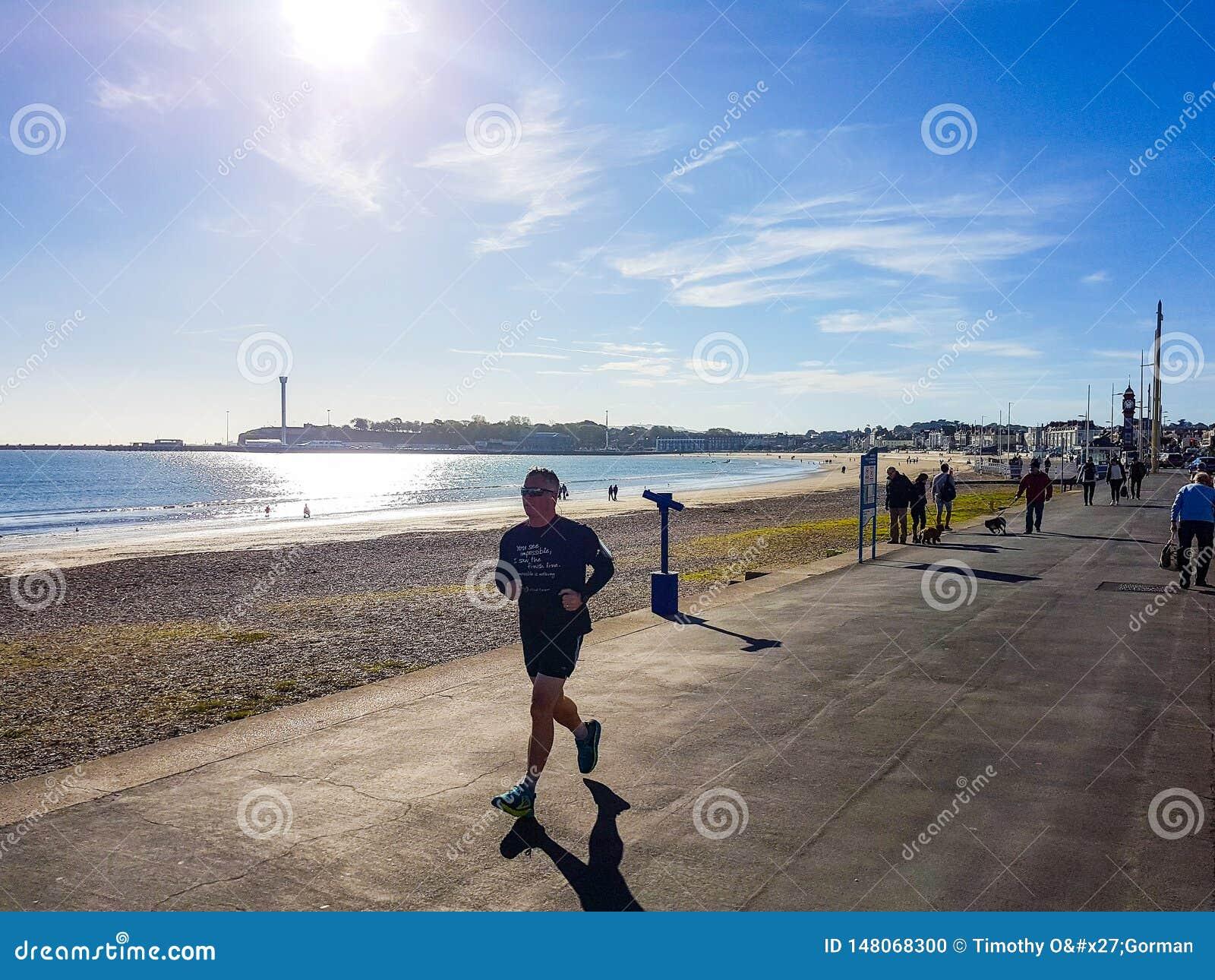 Coureur sur la plage de Weymouth