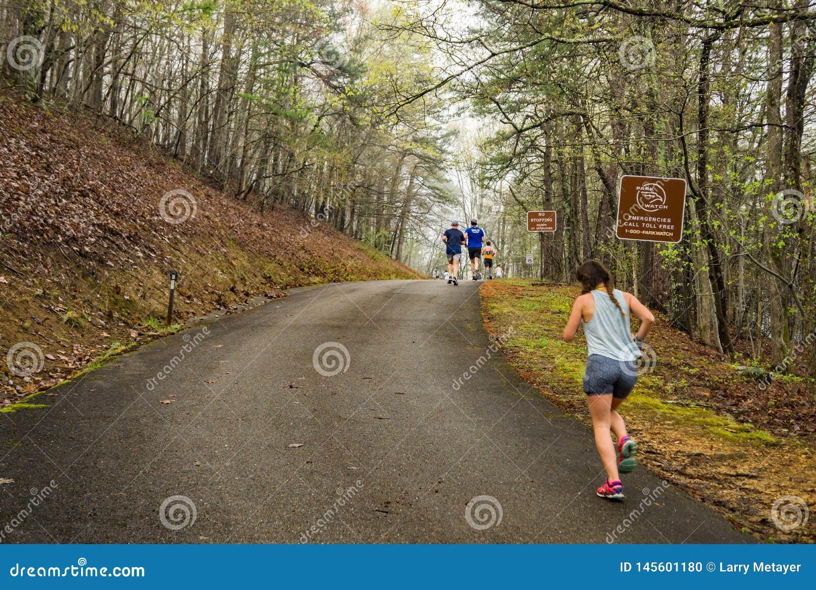 Coureurs escaladant la montagne de Roanoke