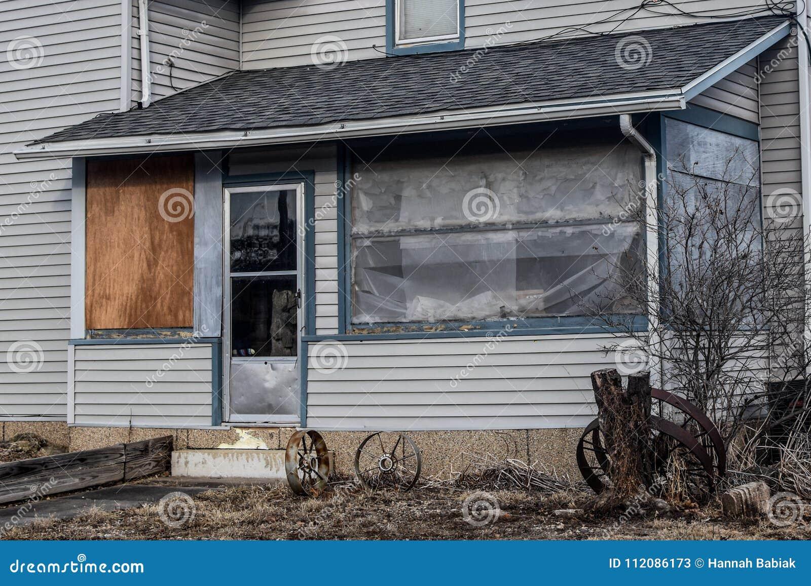 Courez en bas du porche examiné avec des roues