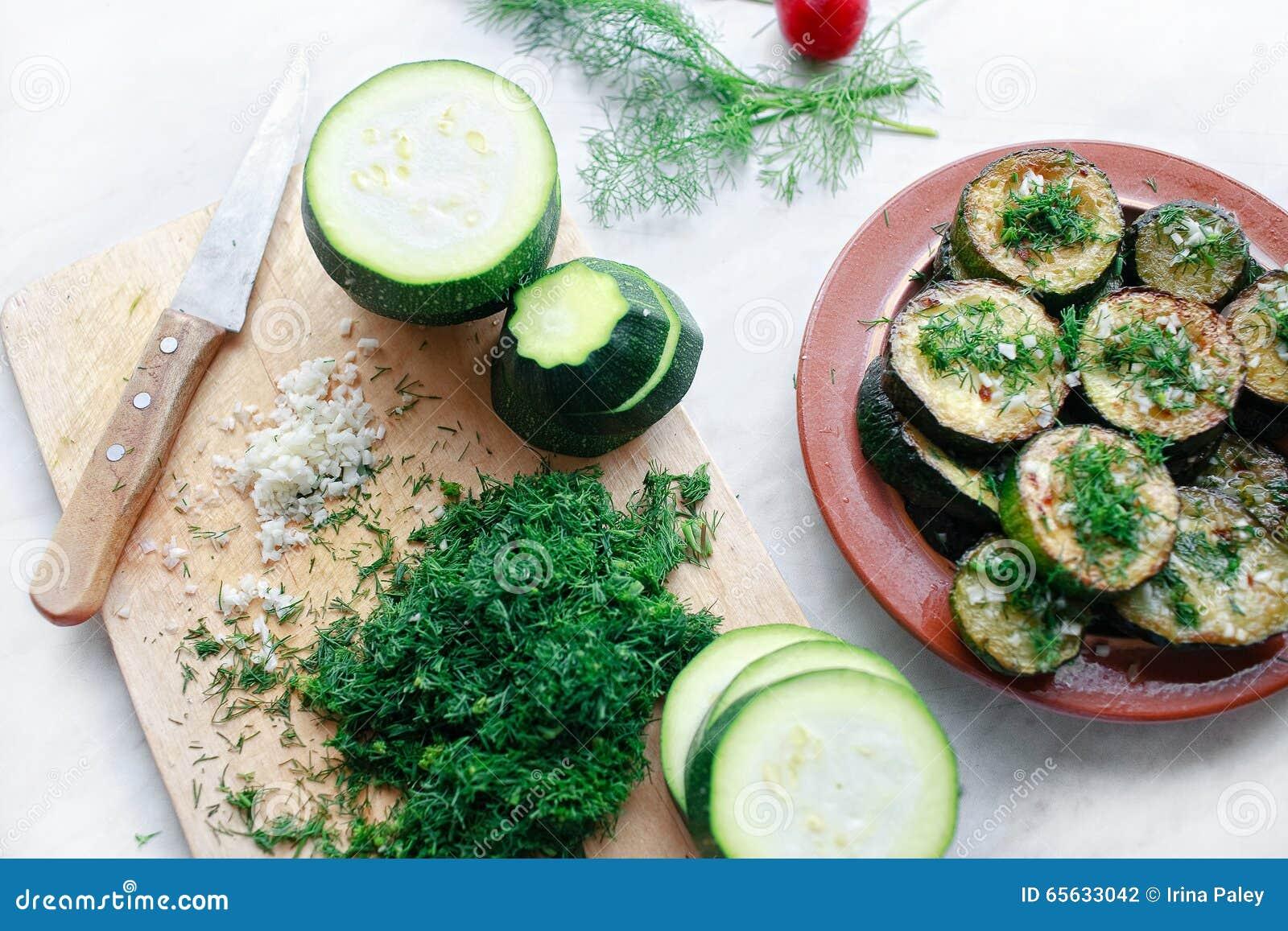 Courgette grillée avec l ail et les herbes
