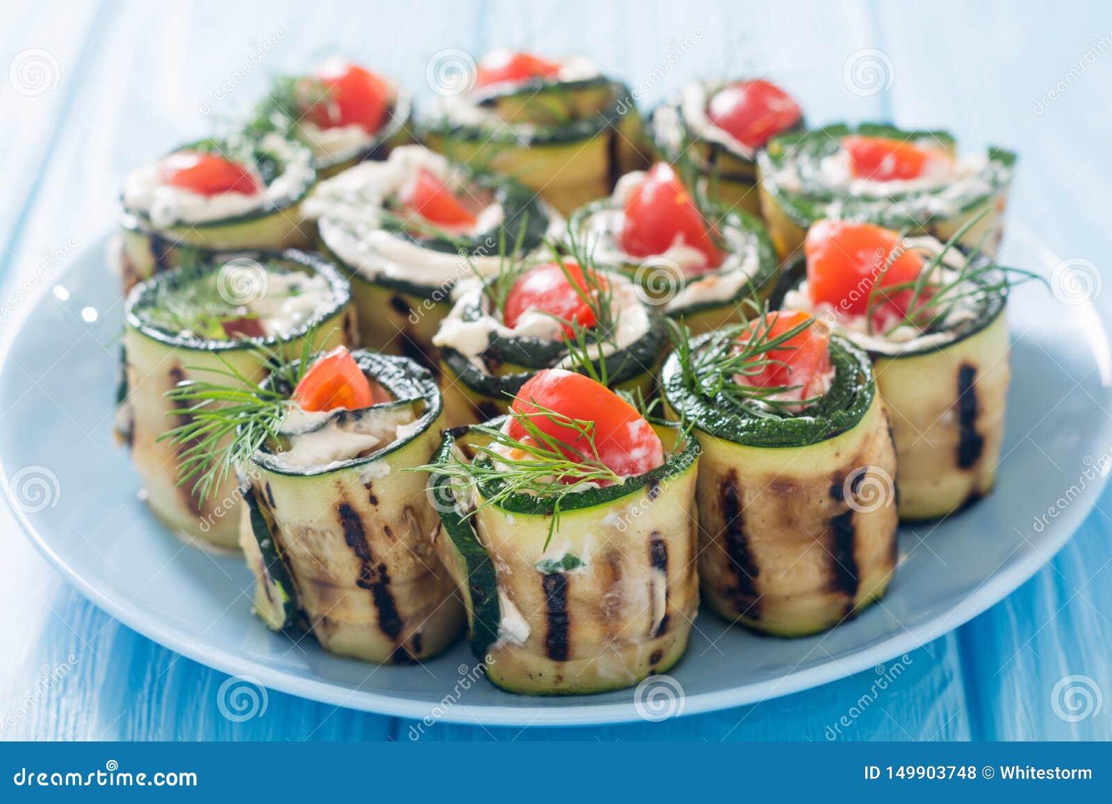 Courgettebroodjes met roomkaas, tomaten en dille