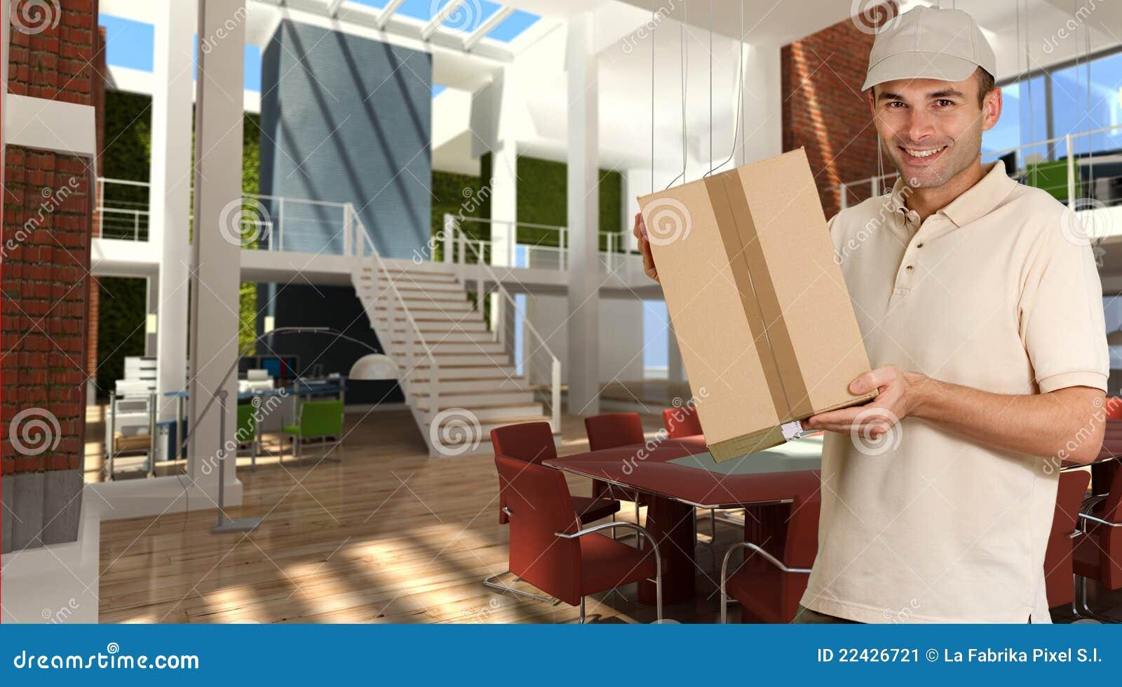 Courier de sourire dans le bureau moderne