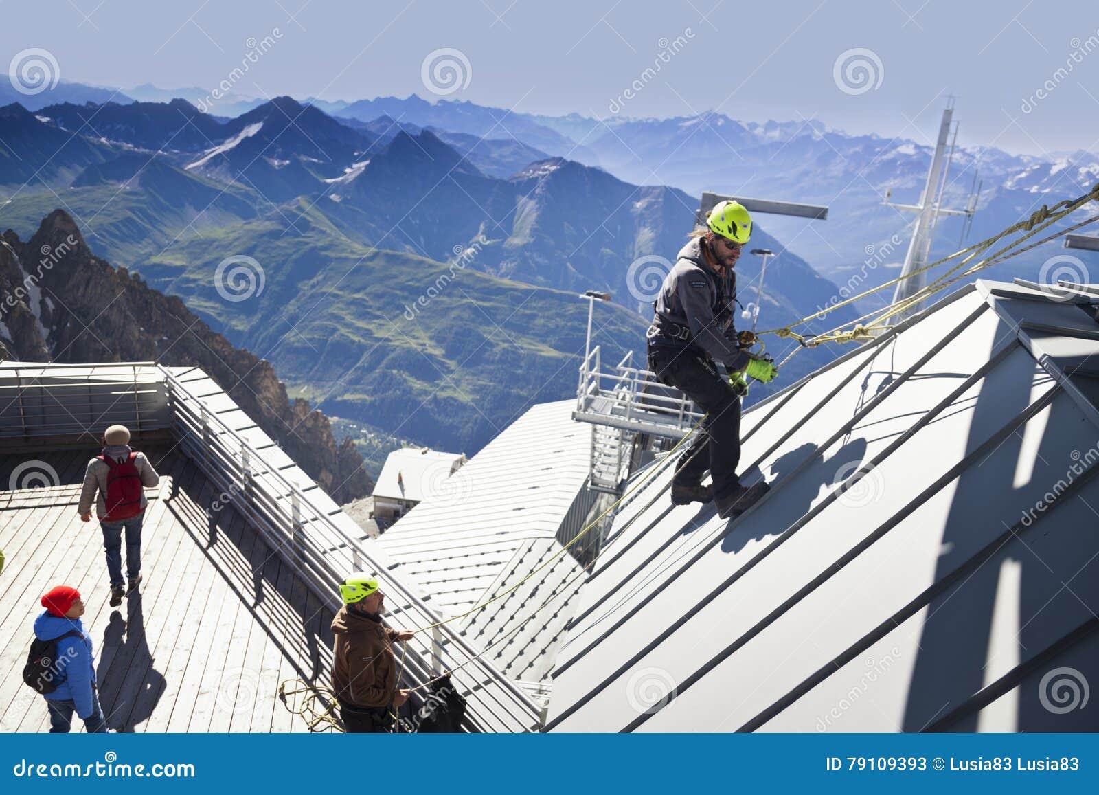 COURMAYEUR, ITALIE - 29 JUILLET 2016 : Jeune alpiniste pratiquant avant de cllimbing le bâti Blanc