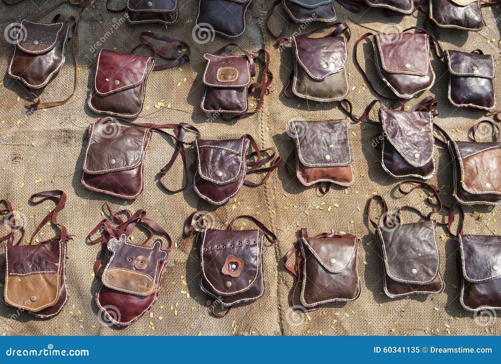 aab3cb8a4 Coleção de bolsas de couro feitos a mão na tenda no bazar, acessórios  femininos