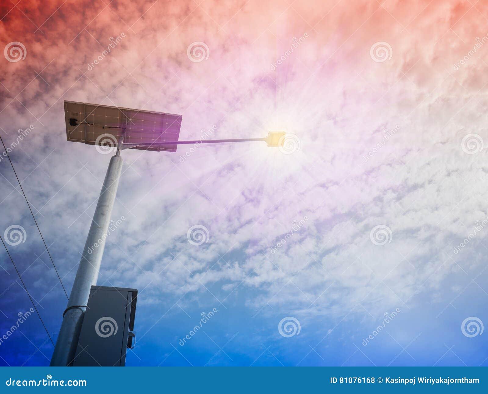 Courrier De Lampe Et Panneau Photovoltaique Photo Stock Image Du
