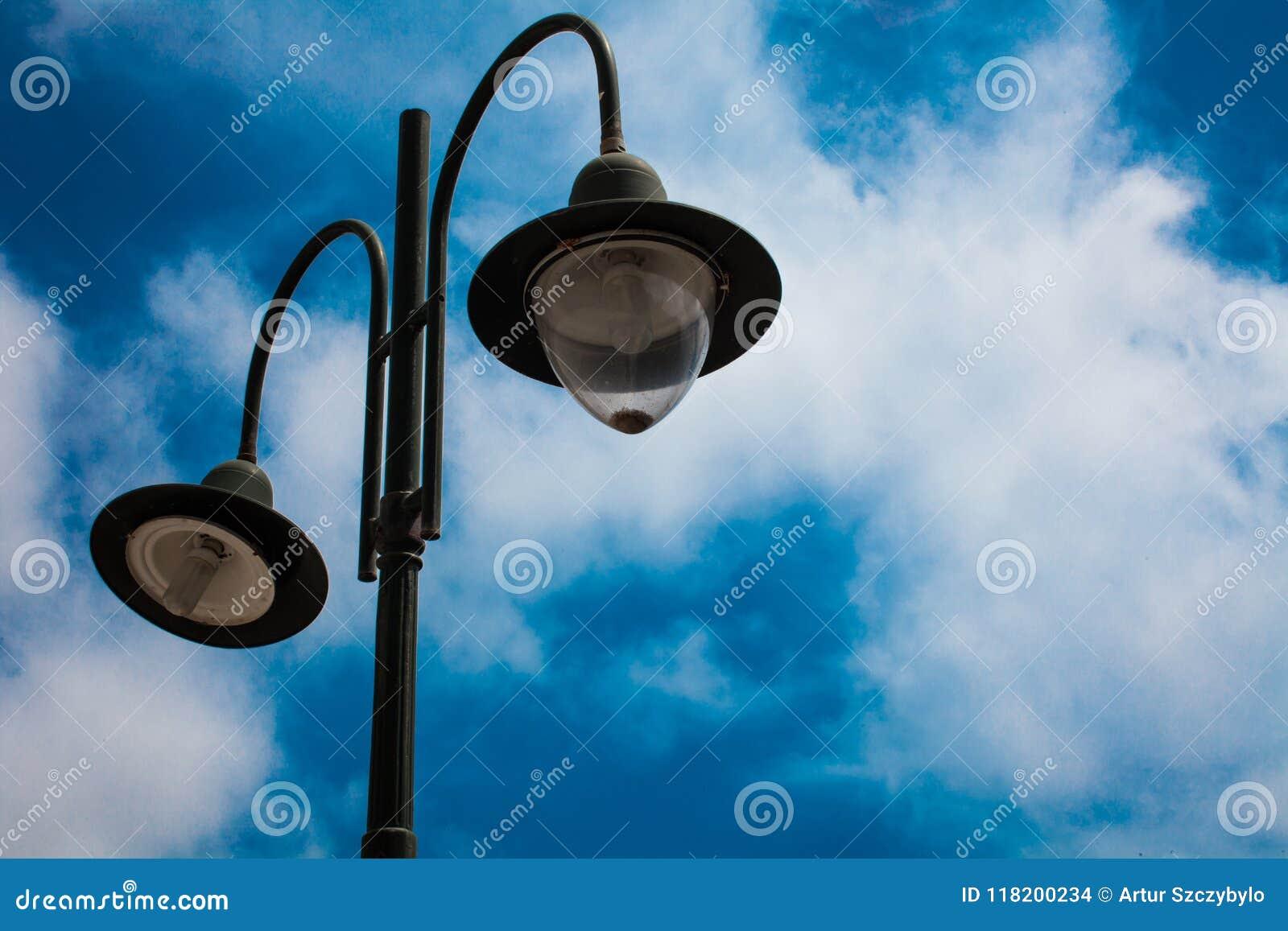Courrier léger avec deux ampoules et fond bleu de ciel nuageux Réverbères extérieurs Lampe de fonte Grande lanterne Poteau d écla