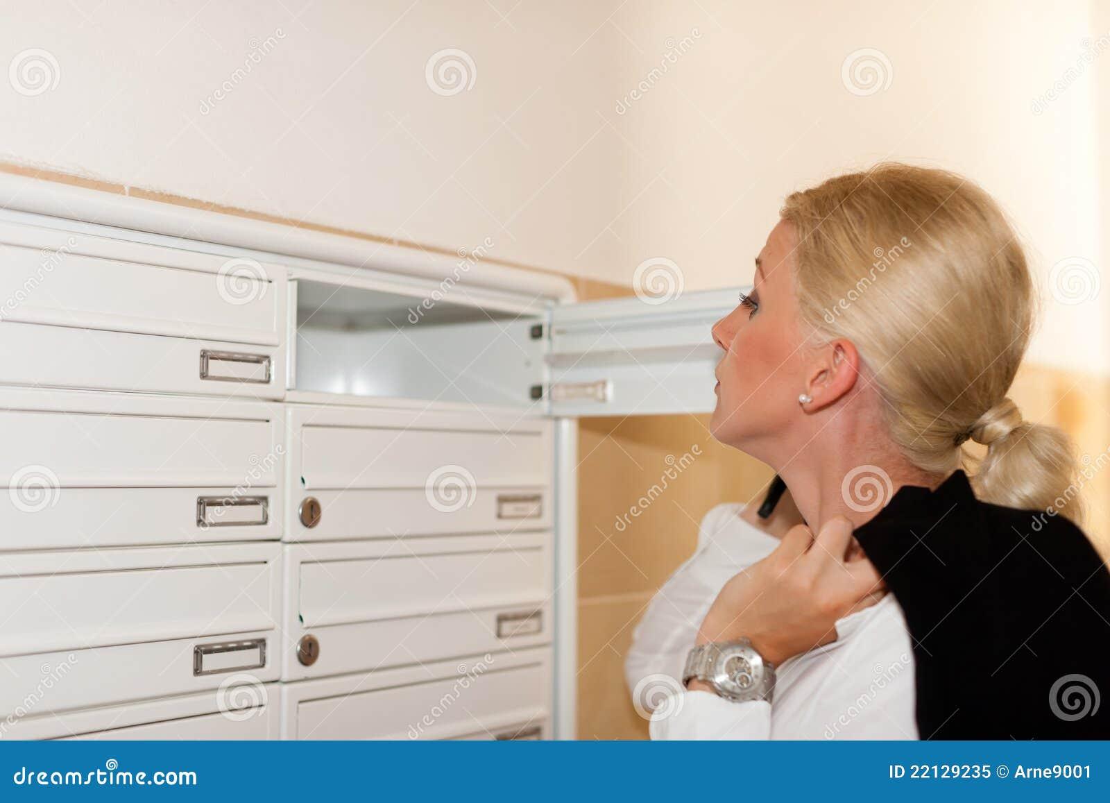 Courrier s occupant de femme dans le cadre de lettre