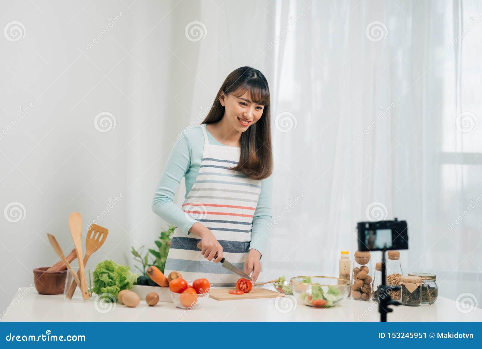 Cours De Cuisine En Ligne Nourriture Bloguant Femme Preparant Le