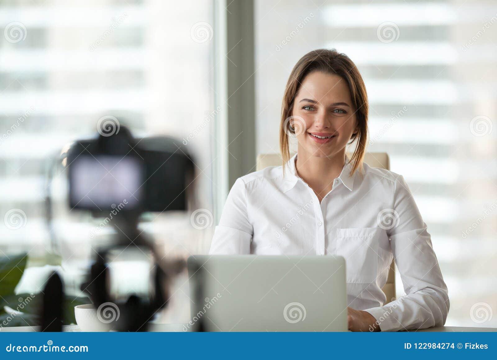 Cours visuel d enregistrement sûr de femme d affaires sur l appareil-photo