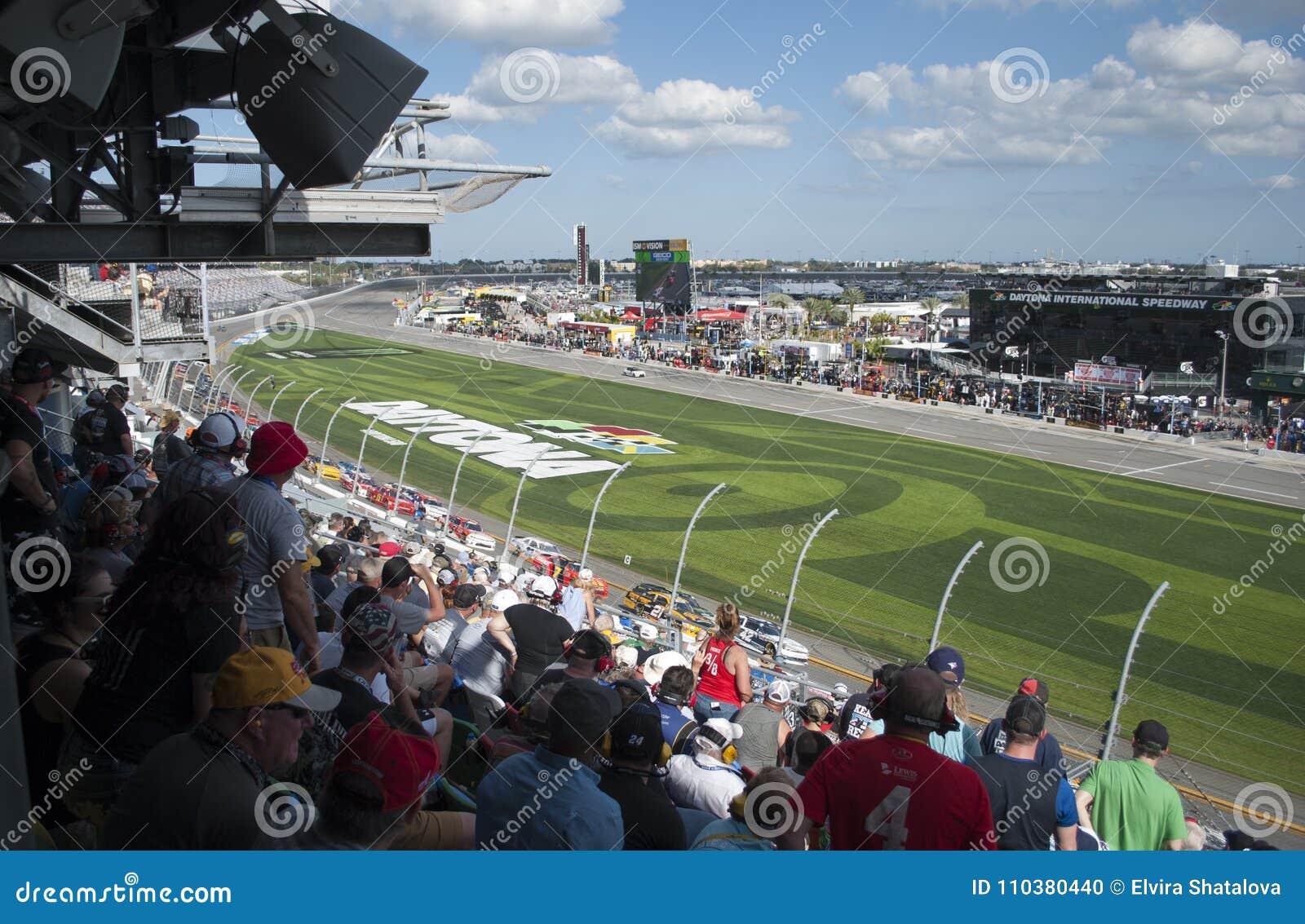 Courses d automobiles et fans Concurrence au speed-way d International de Daytona