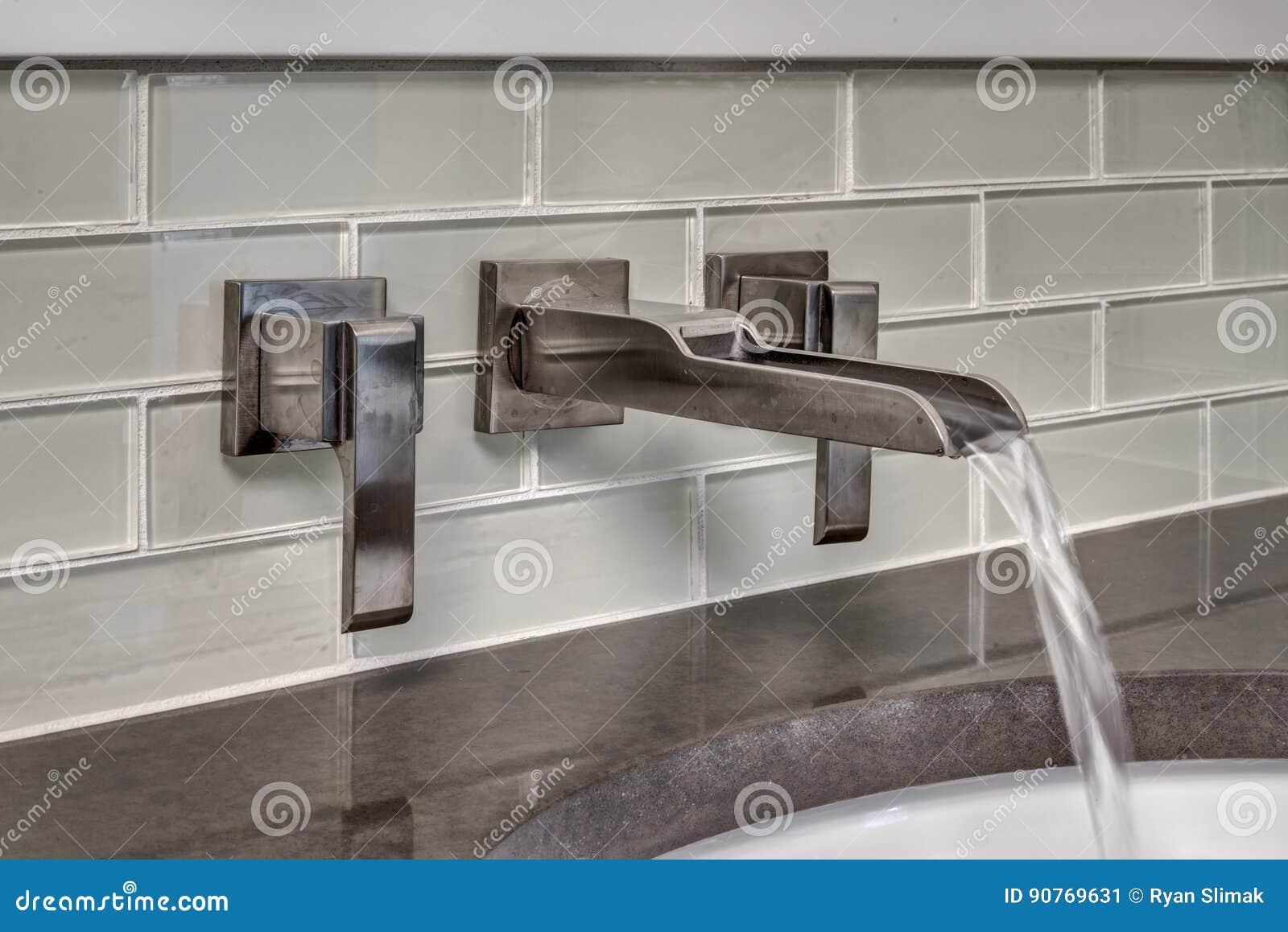 Courses de l eau de robinet de salle de bains