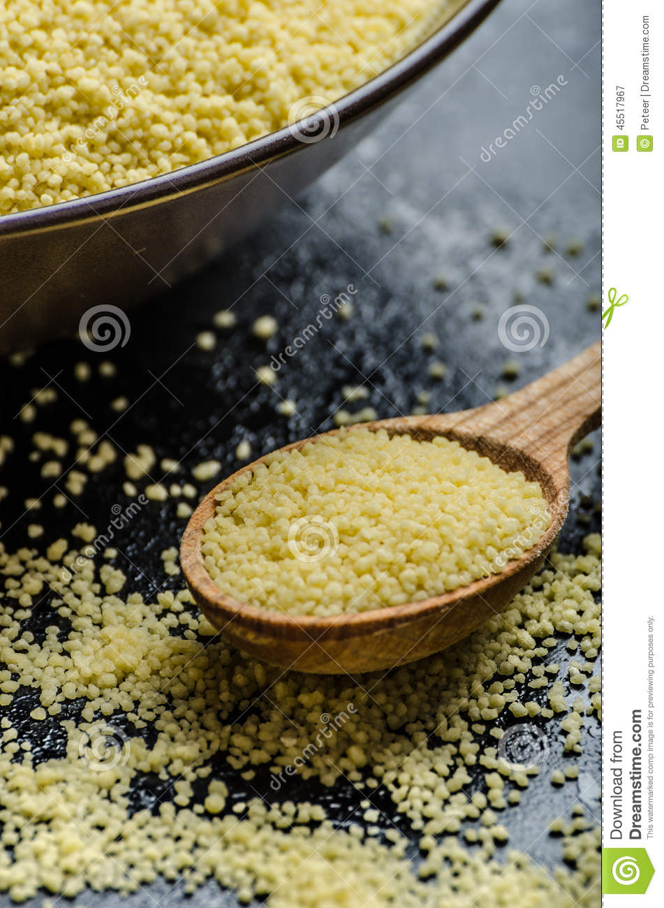 Couscous surowy na stole