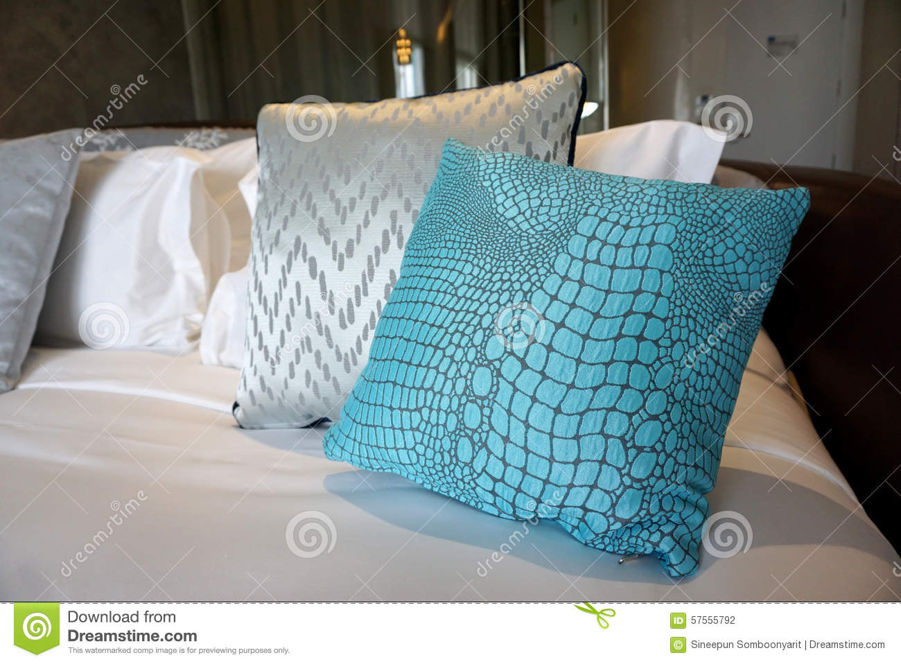 coussin bleu de tissu de peau de crocodile sur le lit photo stock image 57555792. Black Bedroom Furniture Sets. Home Design Ideas