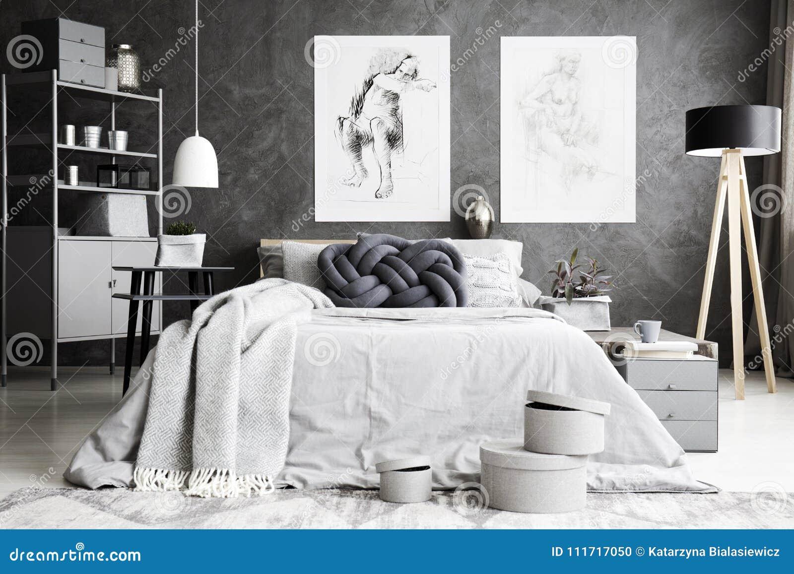 Coussin fait main sur le lit