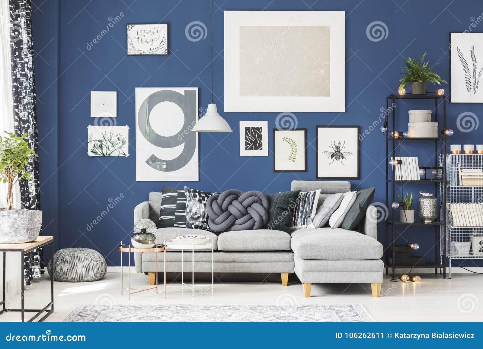 Coussin gris de noeud sur le sofa