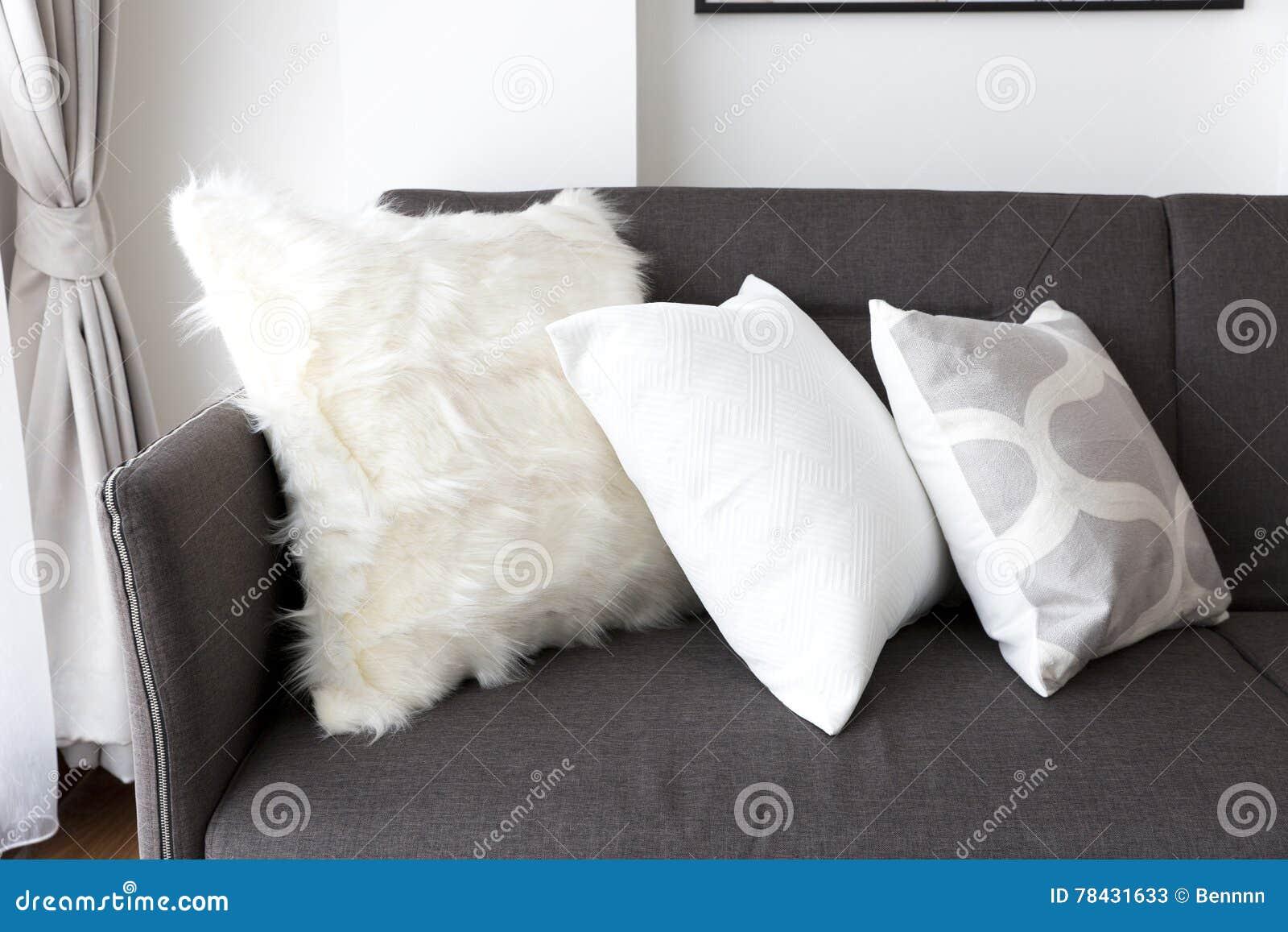 Coussin mou blanc sur le sofa