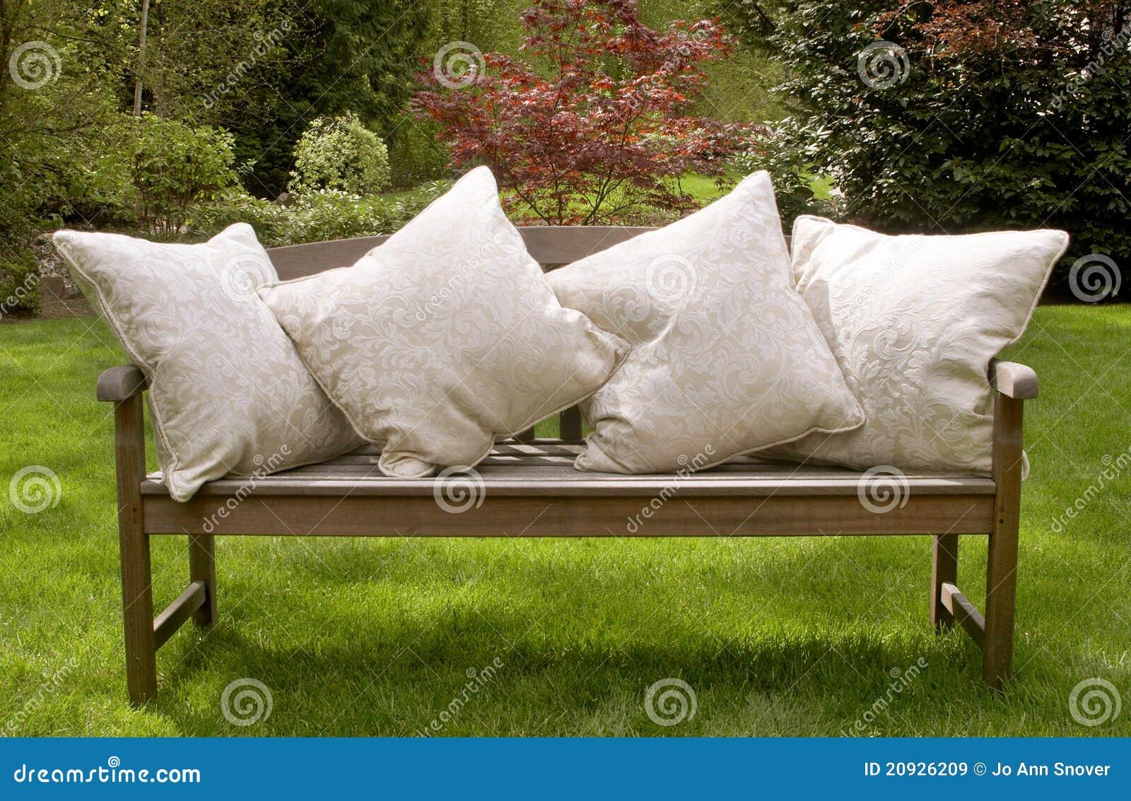 Coussins de banc de jardin images libres de droits image for Coussin de banc de jardin