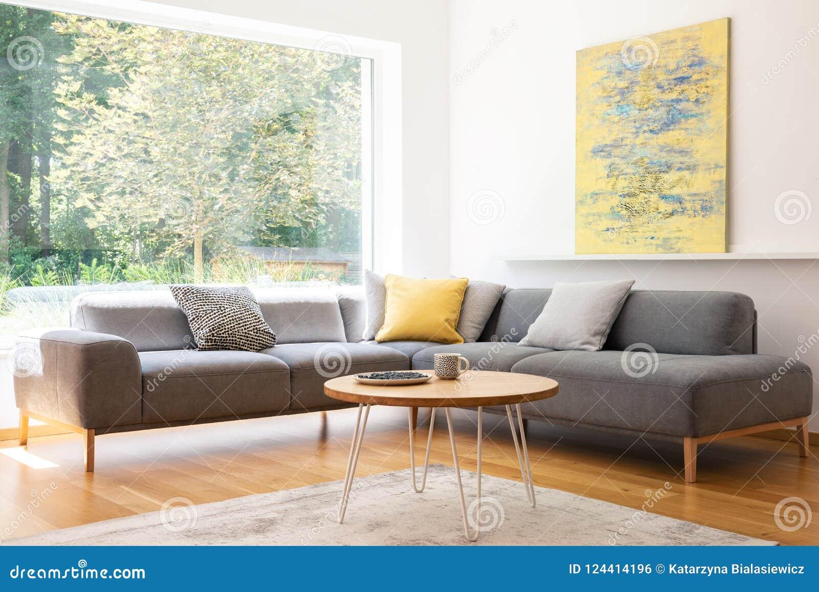 Coussins sur le divan faisant le coin gris dans l esprit lumineux d intérieur de salon