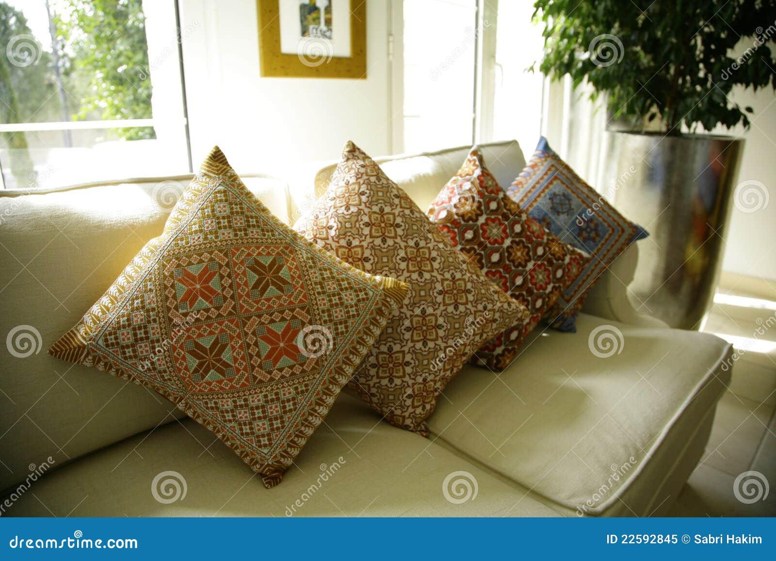 coussins sur le sofa ou le divan confortable photo libre de droits image 22592845. Black Bedroom Furniture Sets. Home Design Ideas
