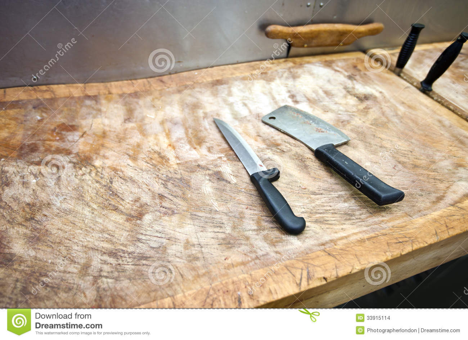 couteau de boucher sur la planche d couper dans le supermarch images stock image 33915114. Black Bedroom Furniture Sets. Home Design Ideas
