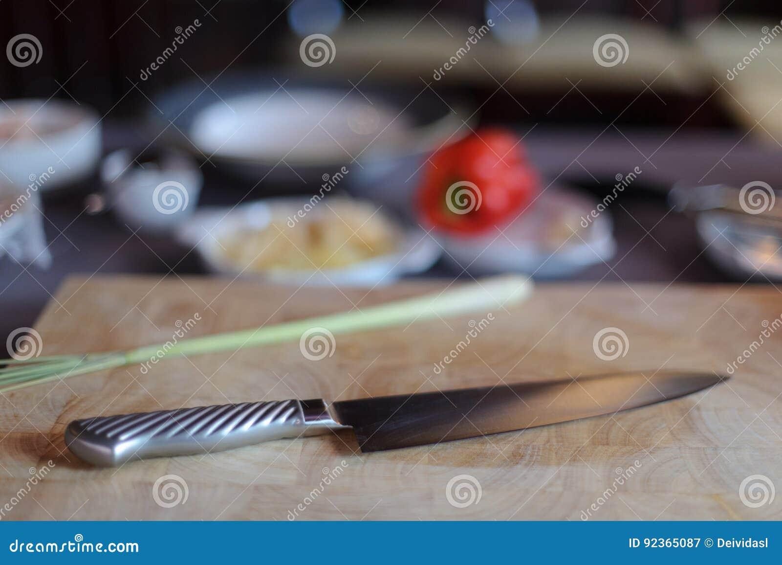 Couteau de chef avec des ingrédients