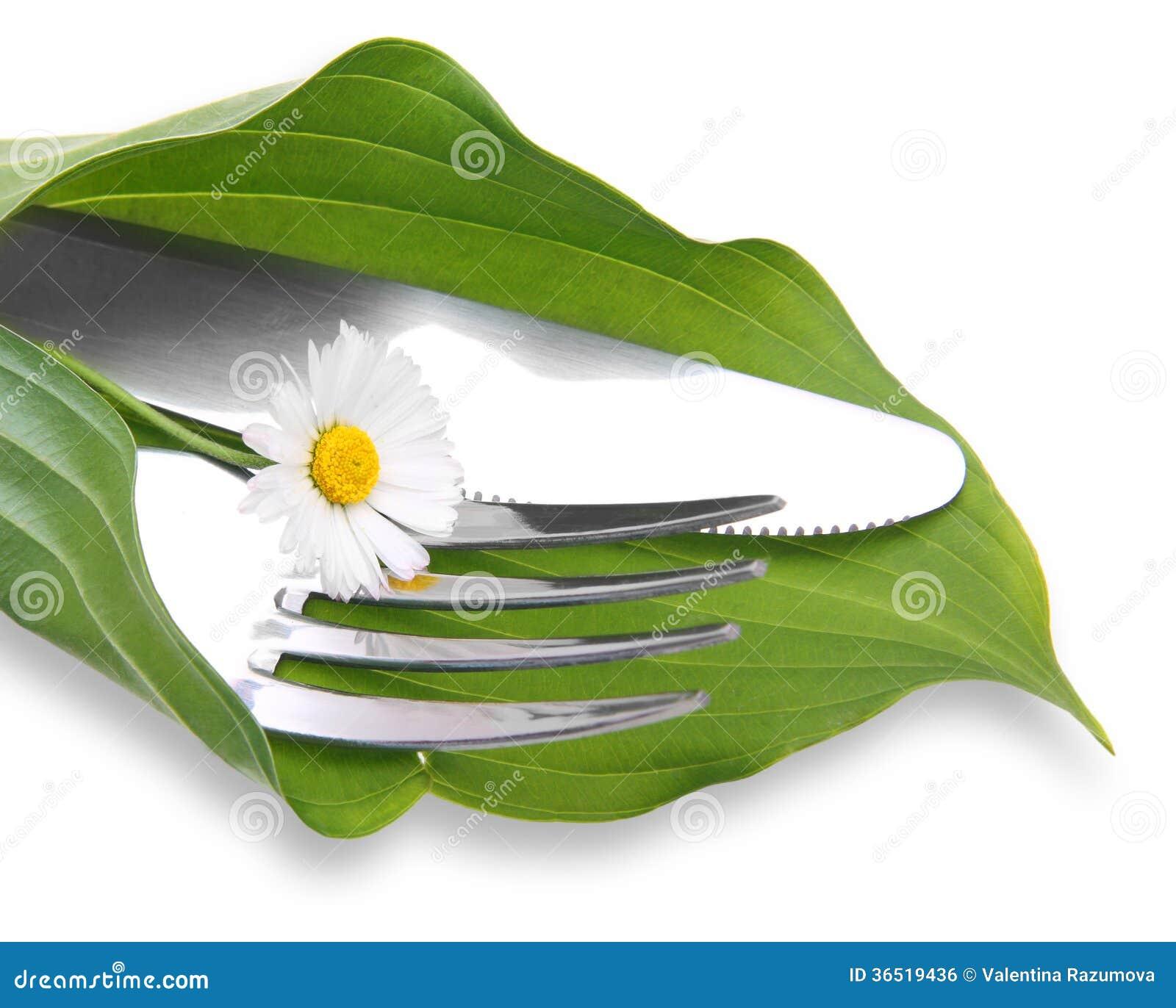 Couteau et fourchette dans la feuille verte
