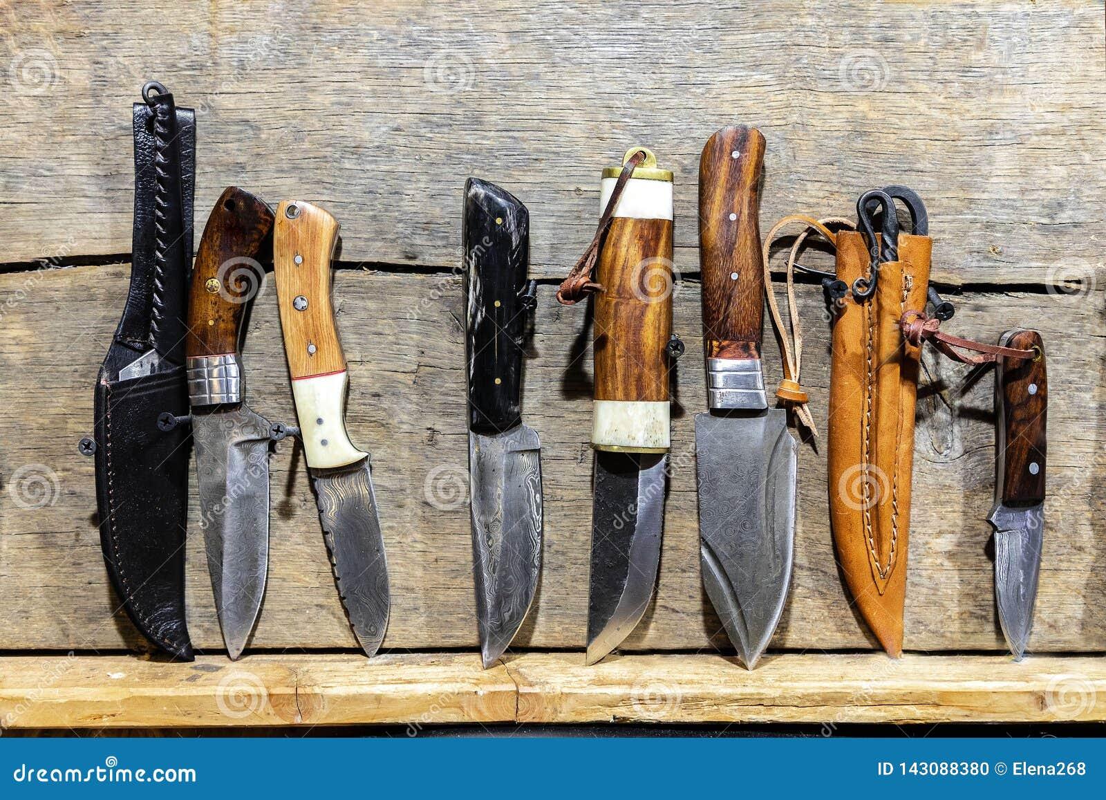 Couteaux fabriqués à la main sur le bureau