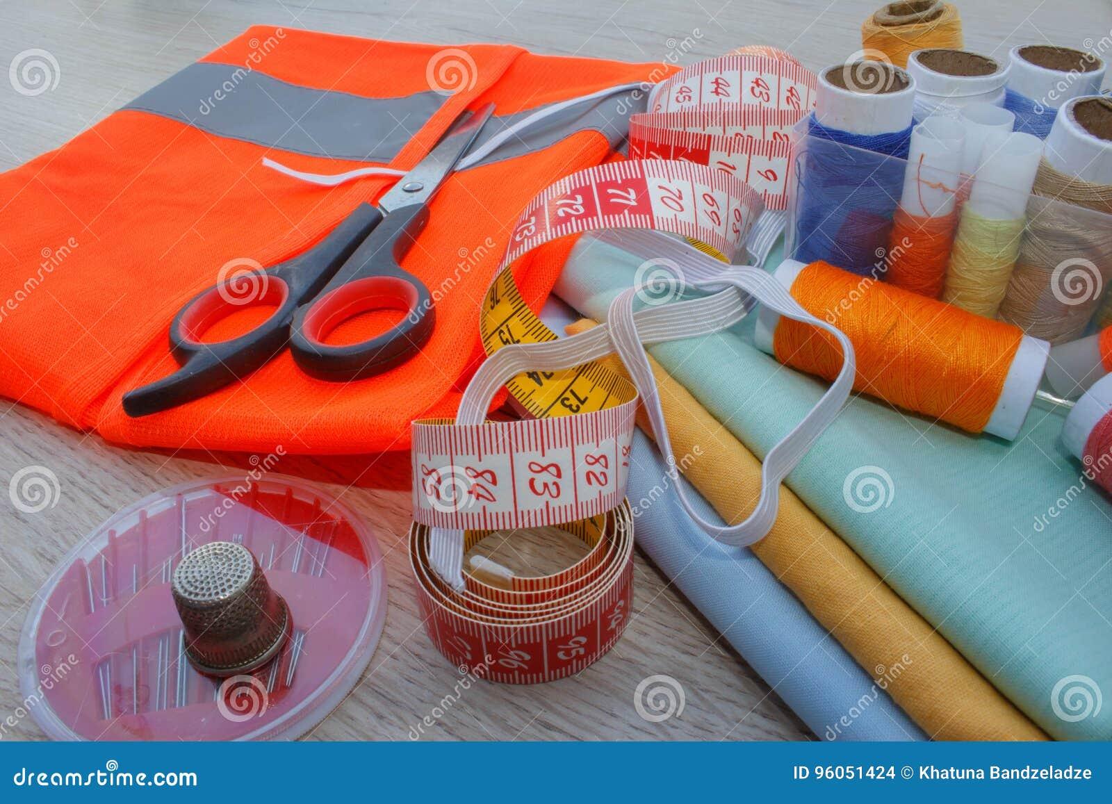 Couture toujours de la vie : tissu coloré les ciseaux et le kit de couture incluent des fils de différentes couleurs, de dé et de