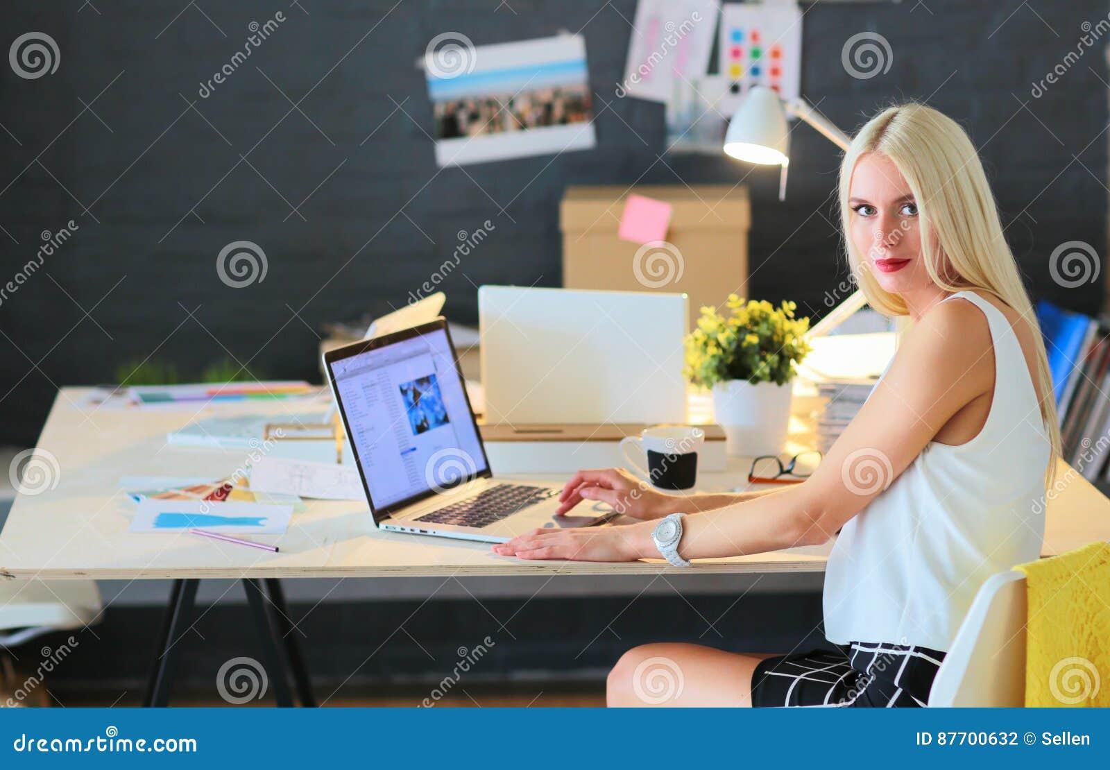 Couturiers travaillant dans le studio se reposant sur le bureau