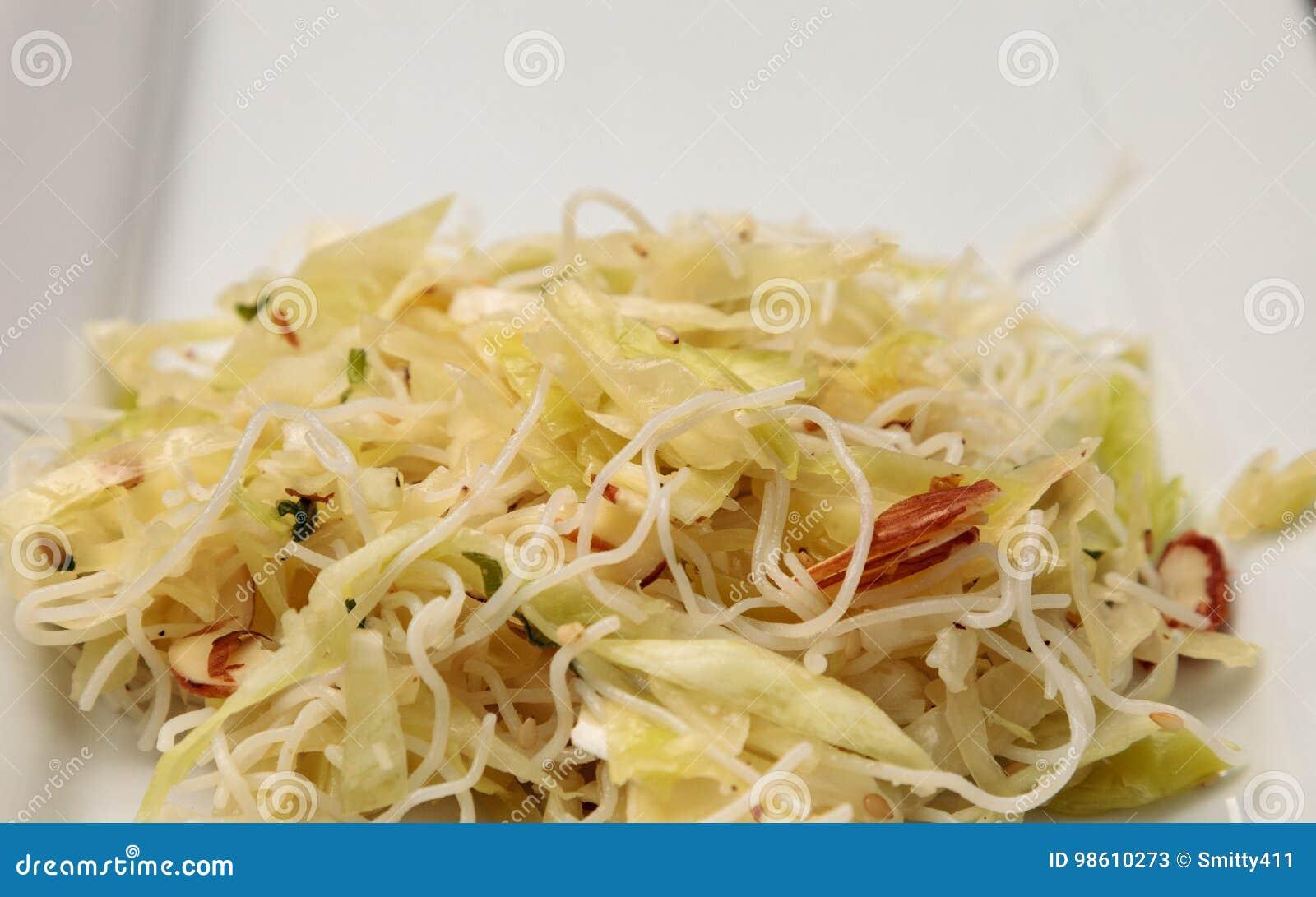 Couve, massa do arroz e salada asiáticas saudáveis da amêndoa