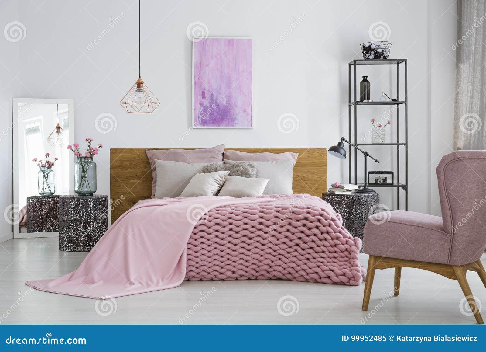 Lit Au Milieu D Une Chambre couverture de knit dans la chambre à coucher féminine image