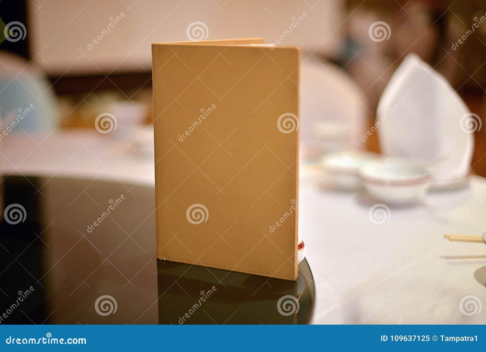Beau Couverture De Livre Vide Sur La Table De Salle à Manger Dans La Cérémonie  De Mariage