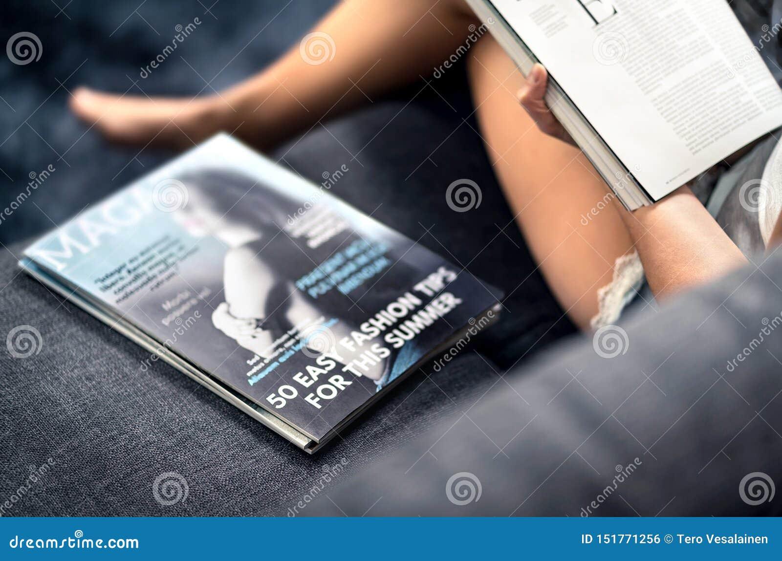 Couverture de magazine avec le texte et titres sur le divan Mode de lecture de femme et article de beauté concernant les tendance