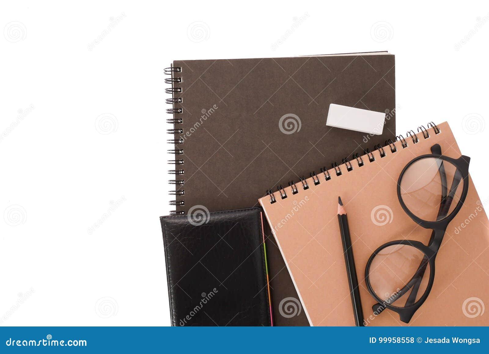 Couverture de noir de carnet avec le crayon sur le fond blanc de