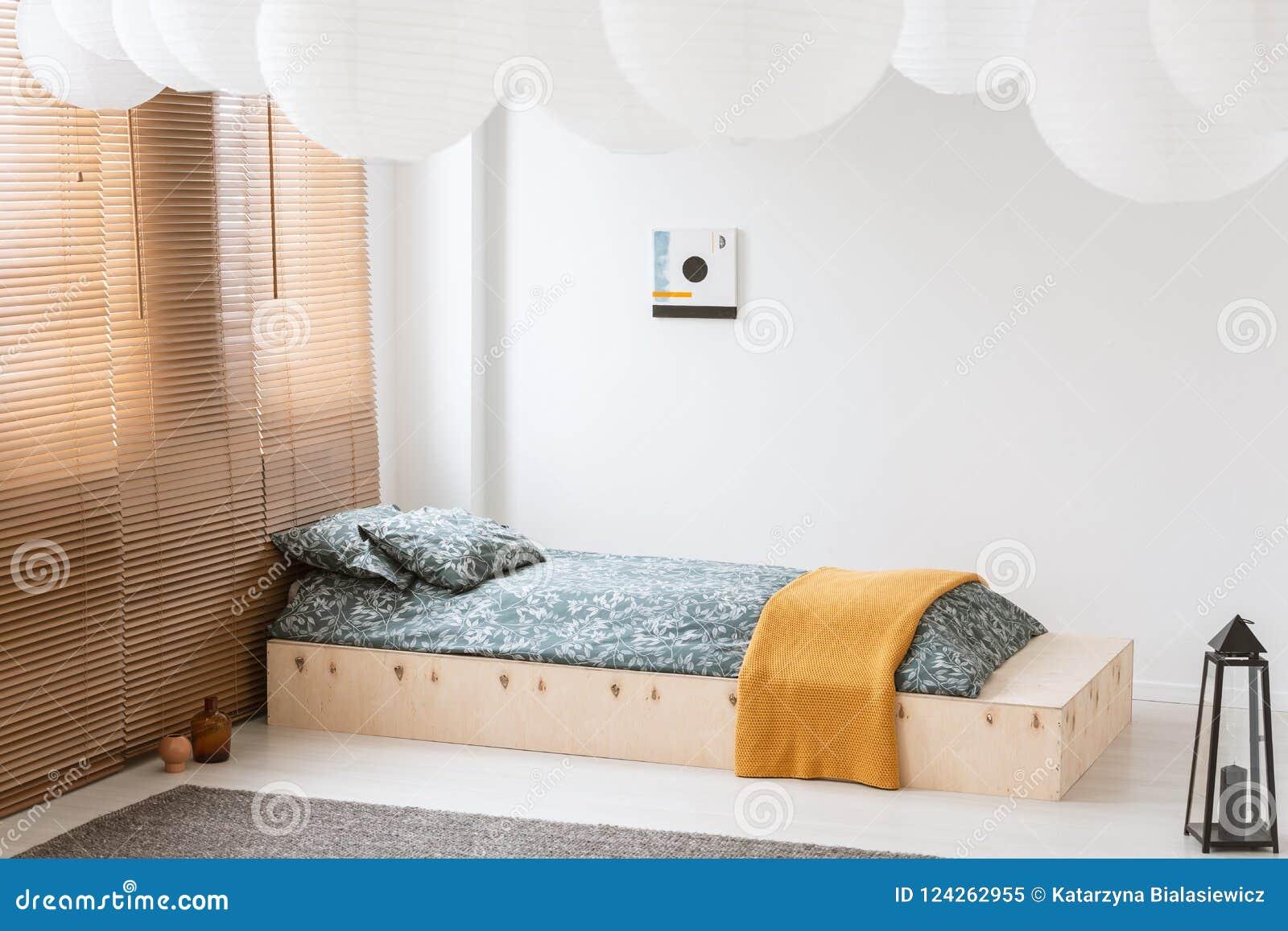 Couverture Orange Sur Le Lit En Bois Dans La Chambre à Coucher ...