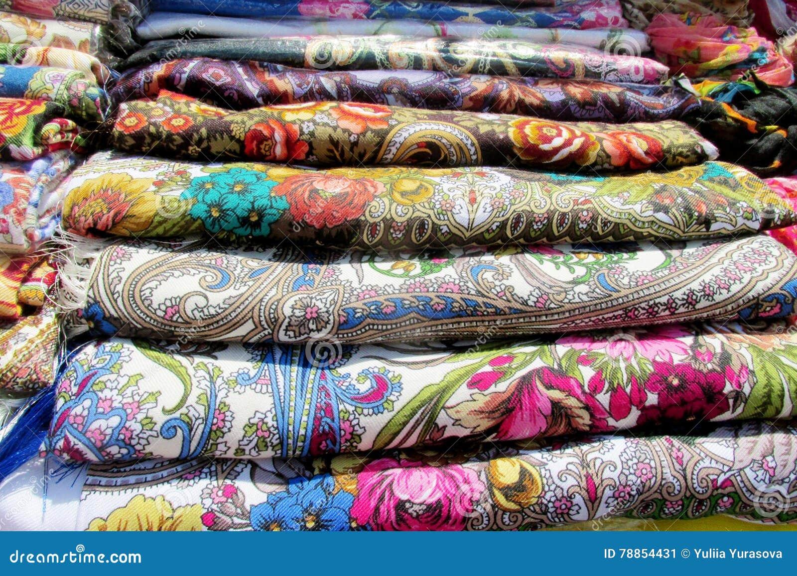 Couvertures colorées traditionnelles ukrainiennes de tête de textil avec des fleurs