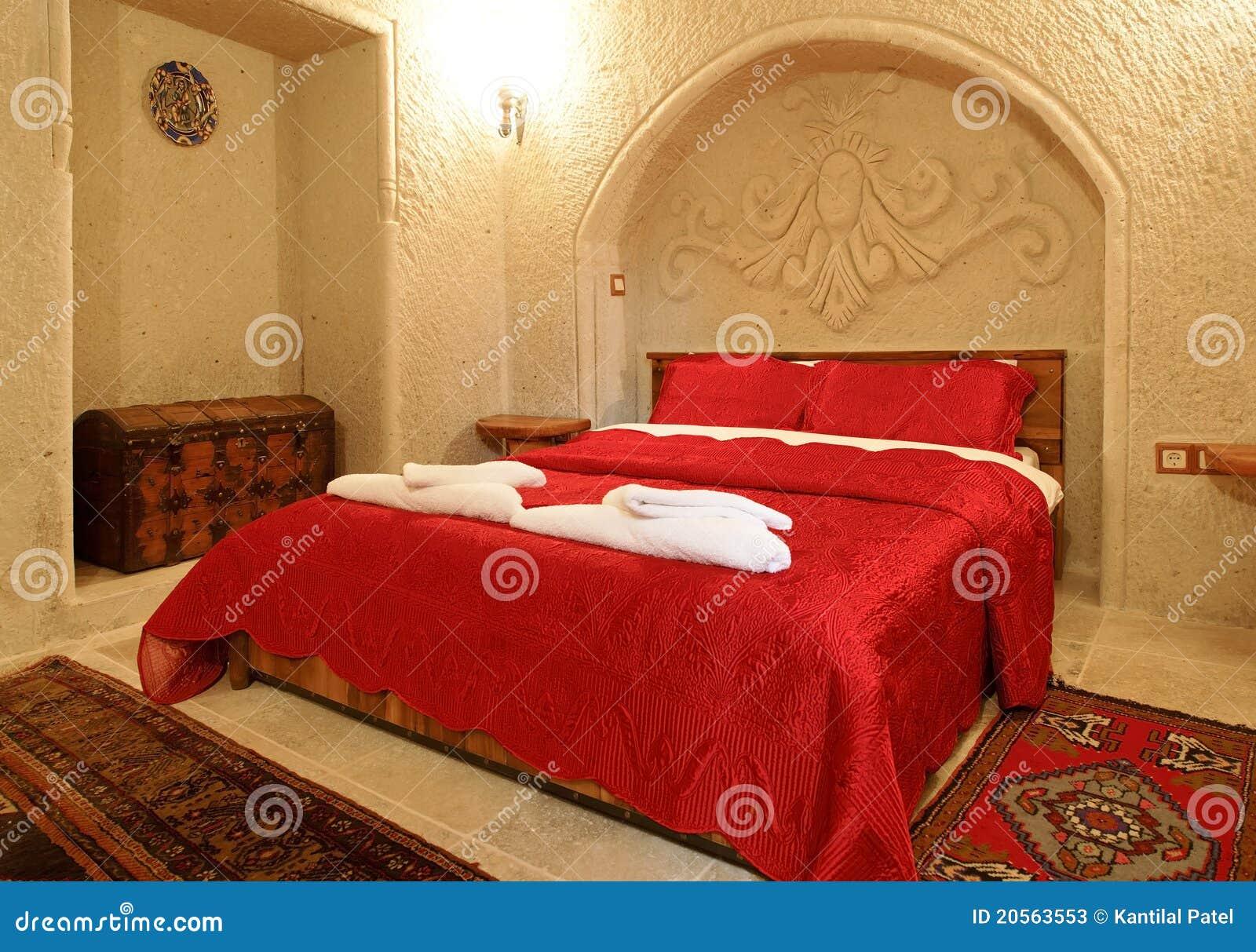 Couvre lit de rouge de disposition de chambre coucher photos stock image - Disposition de chambre ...