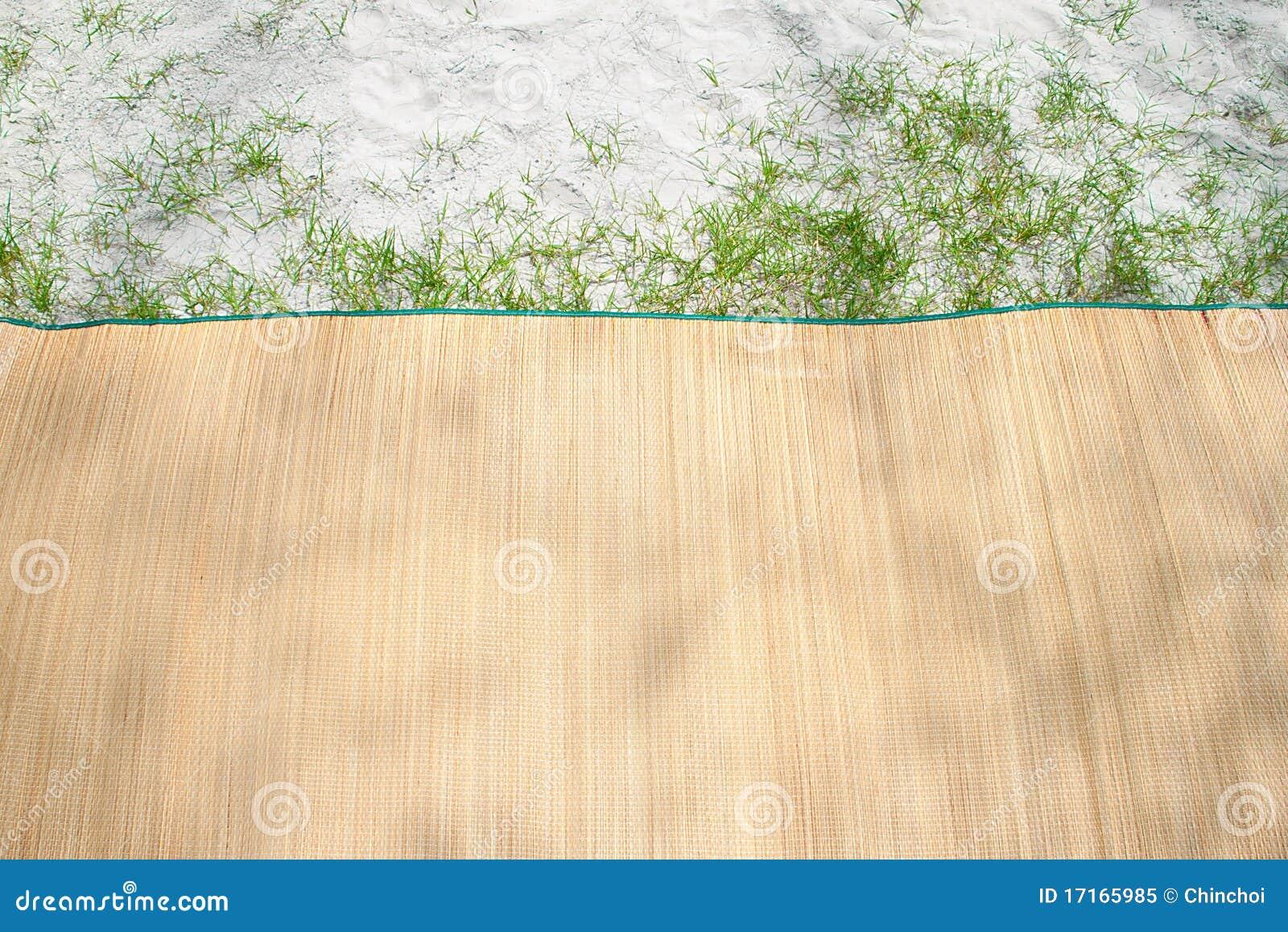 couvre tapis en bambou sur la plage image stock image du. Black Bedroom Furniture Sets. Home Design Ideas