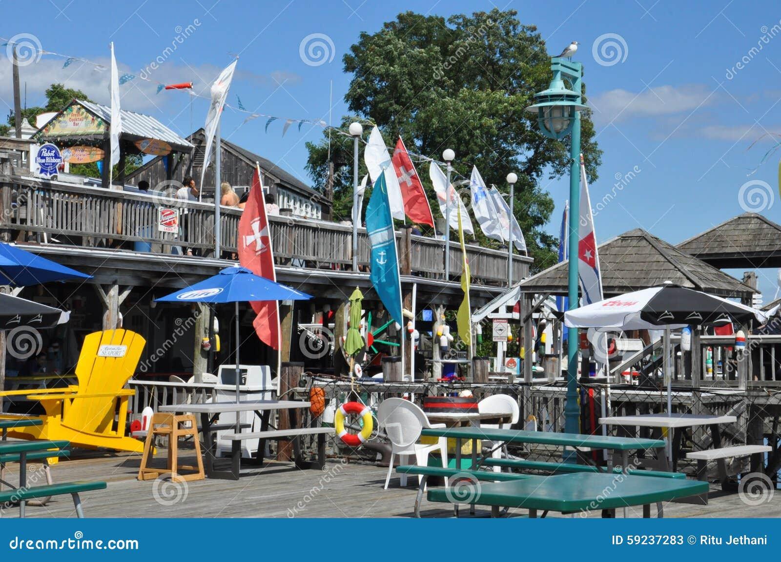 是有滑动空间的服务周到小游艇船坞400条小船和房子古雅商店和餐馆的.
