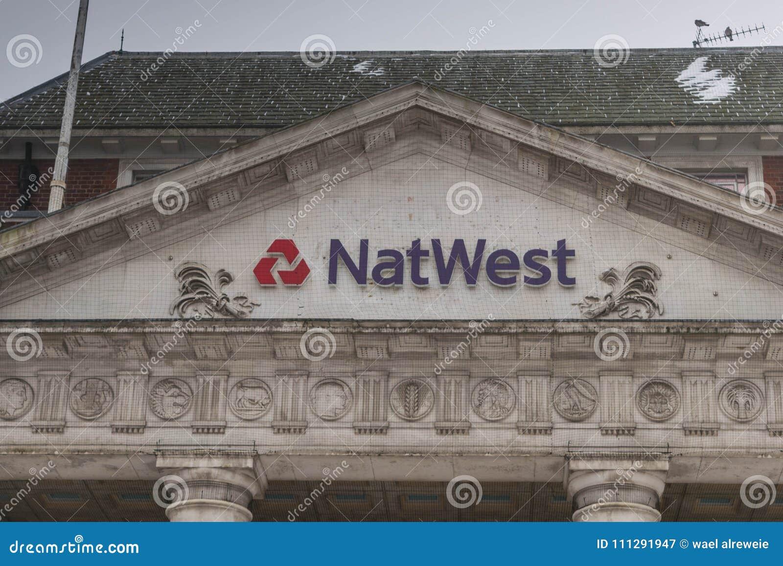 COVENTRY, ENGELAND, het UK - 3 Maart 2018: De tak van de NastWestbank in de stadscentrum van Coventry in een bewolkte sneeuwende