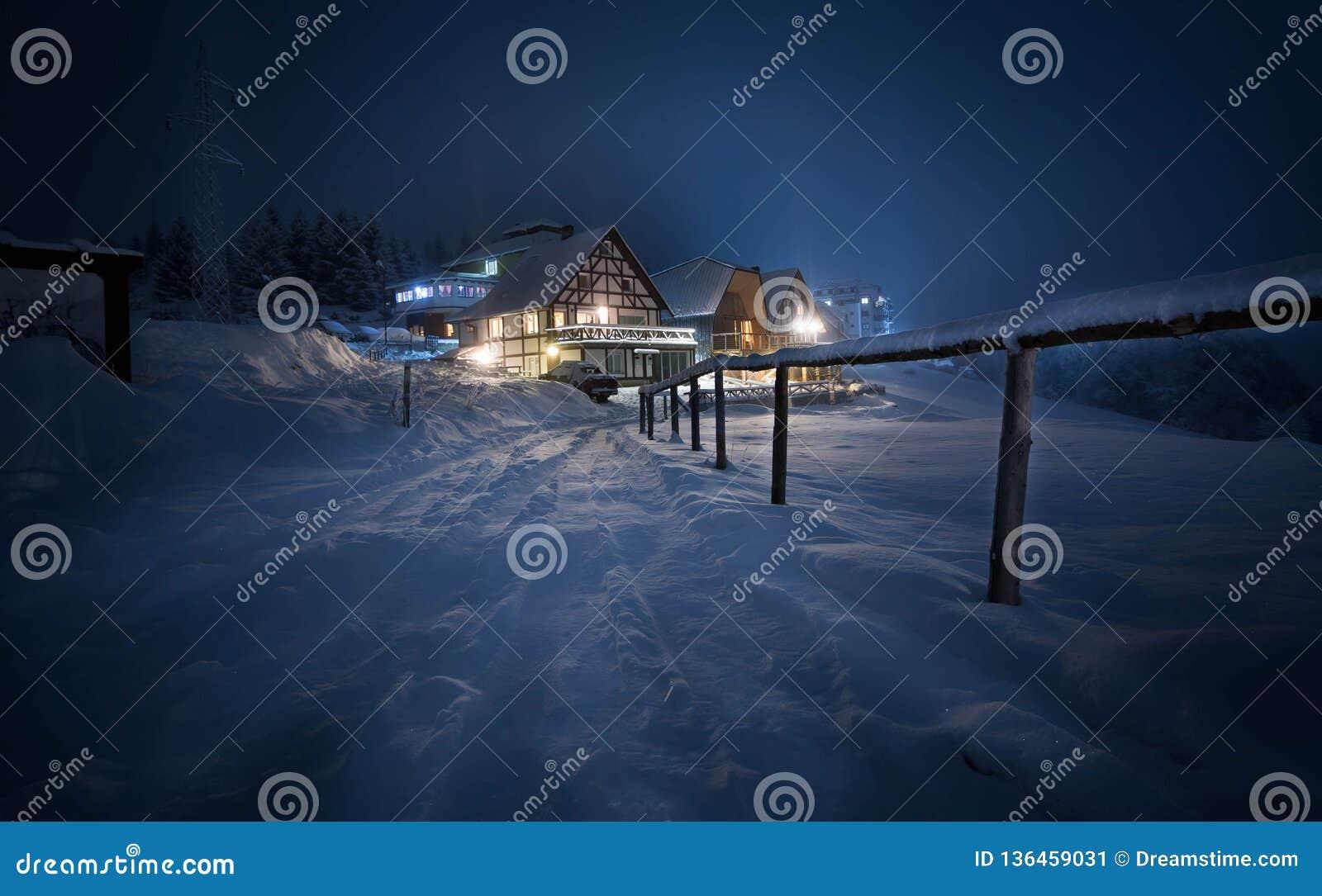 Coverd da casa com neve na noite