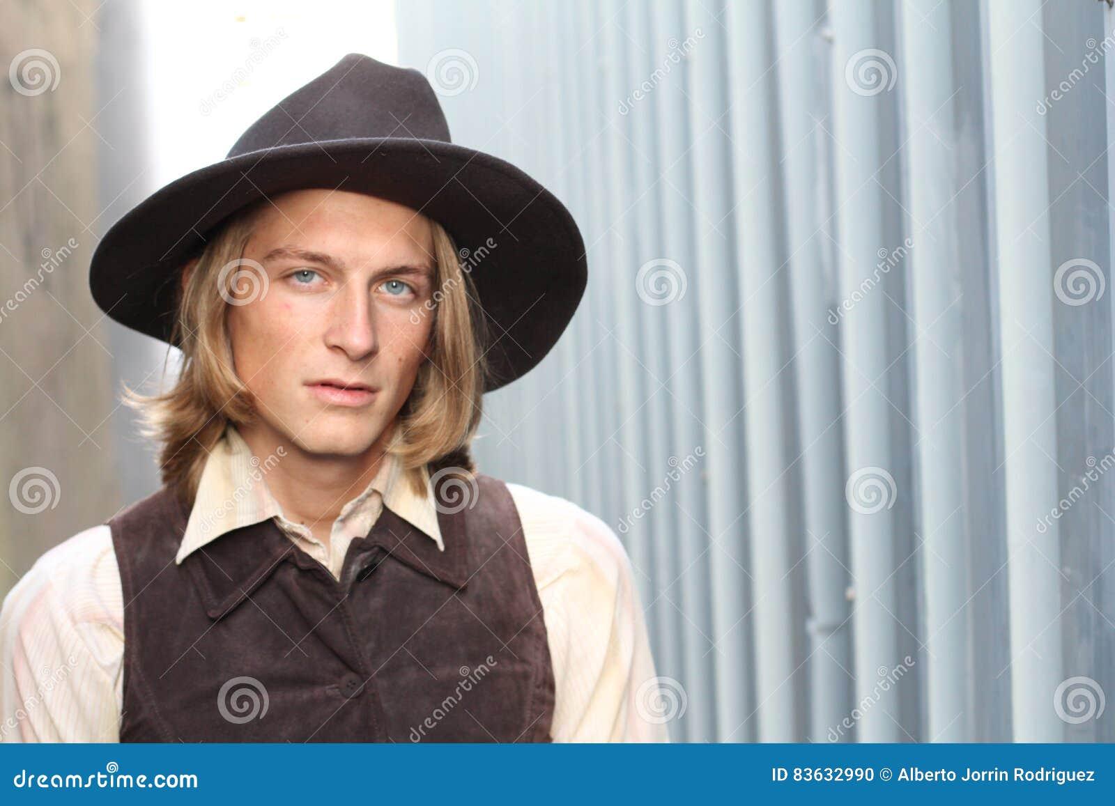 Cowboy avec un chapeau regardant sévèrement l appareil-photo avec l espace de copie