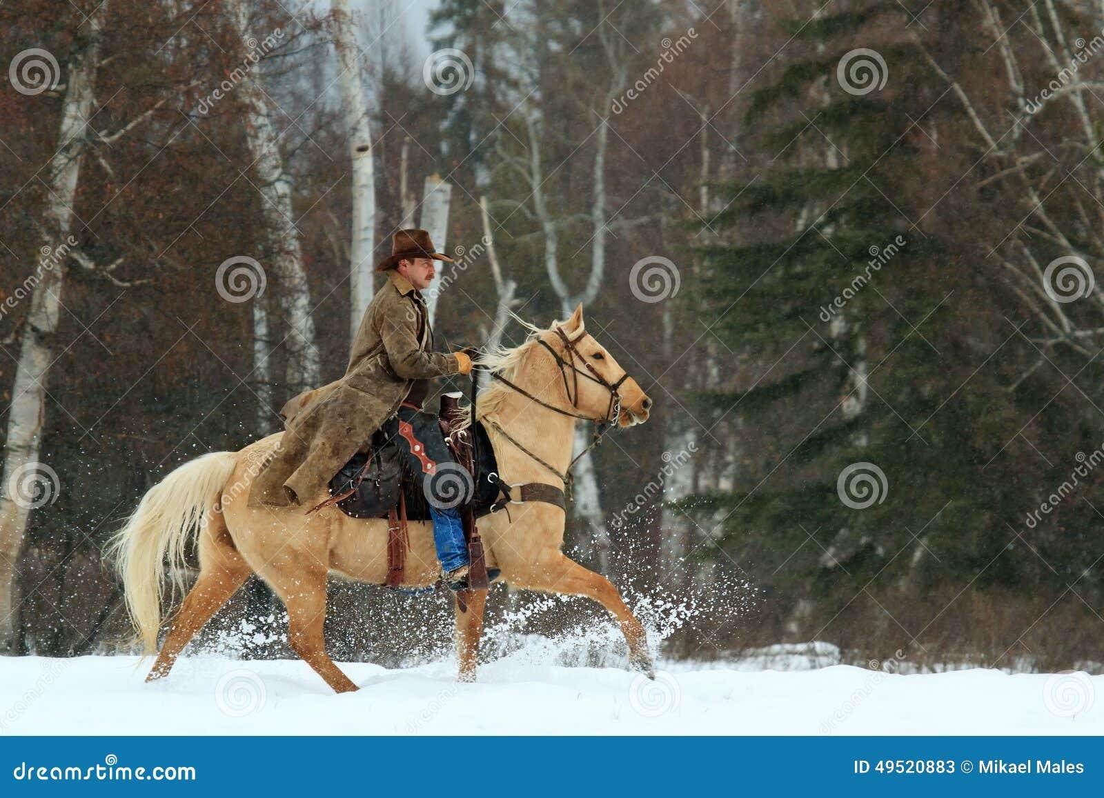 Cowboy die en omhoog sneeuw berijden schoppen
