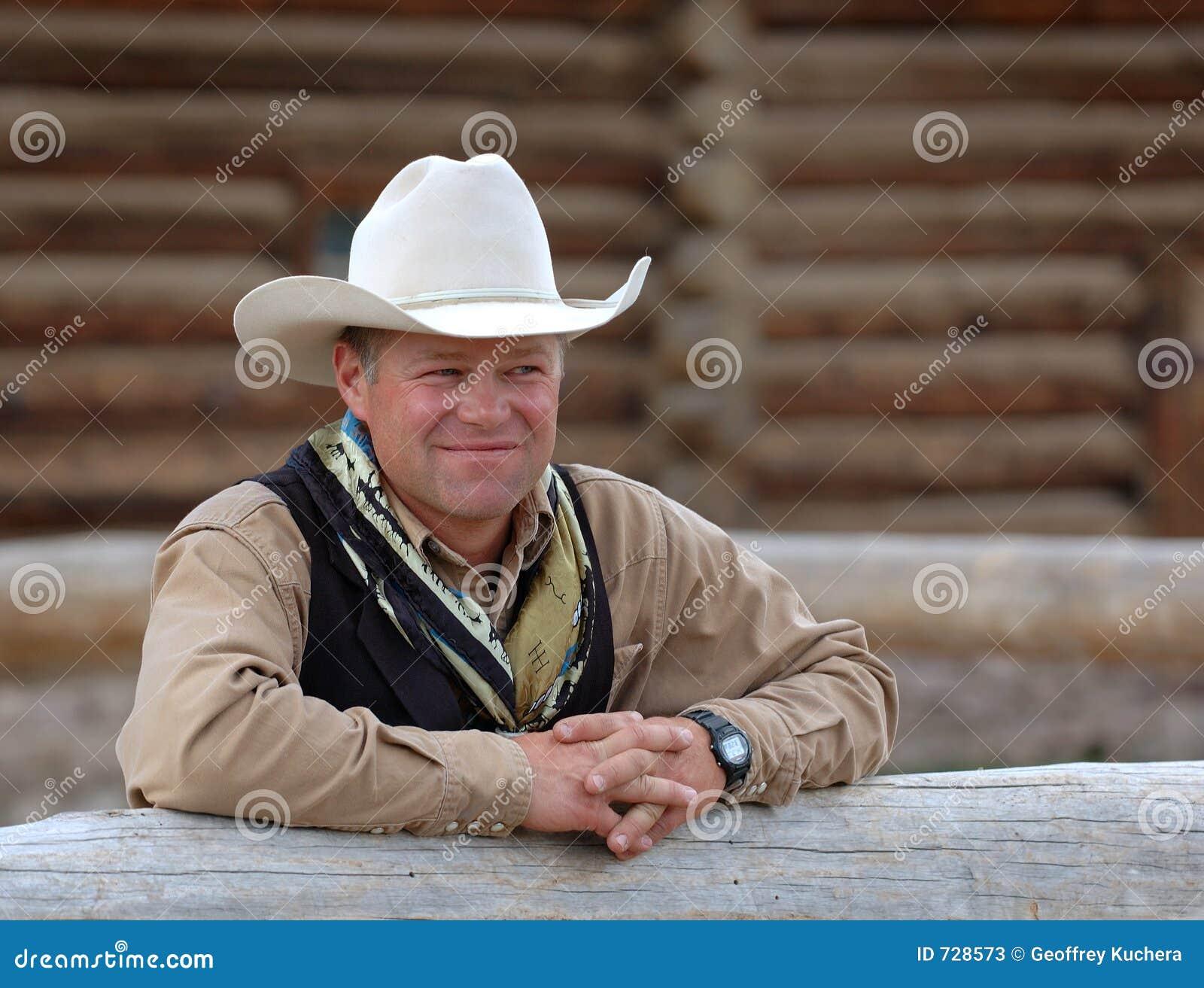 Cowboy se penchant sur la frontière de sécurité