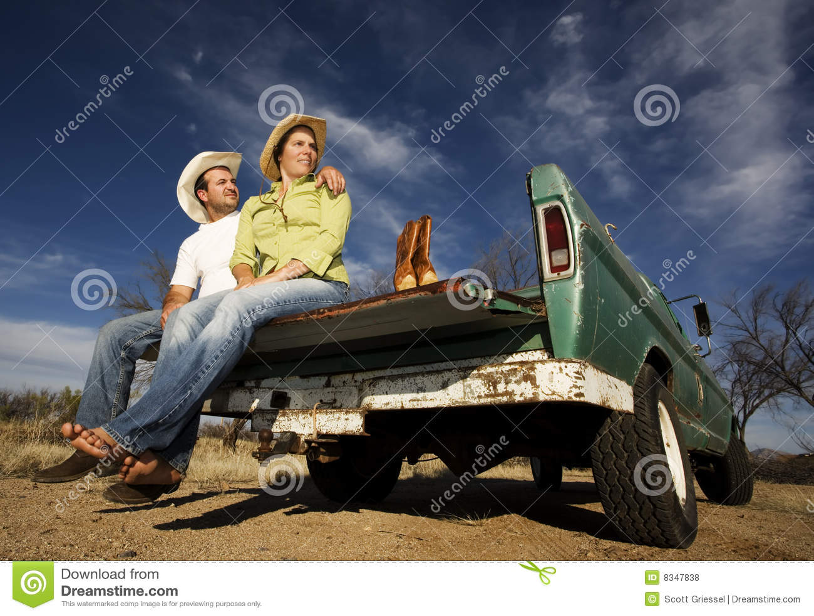 Cowboy und Frau auf Kleintransporter