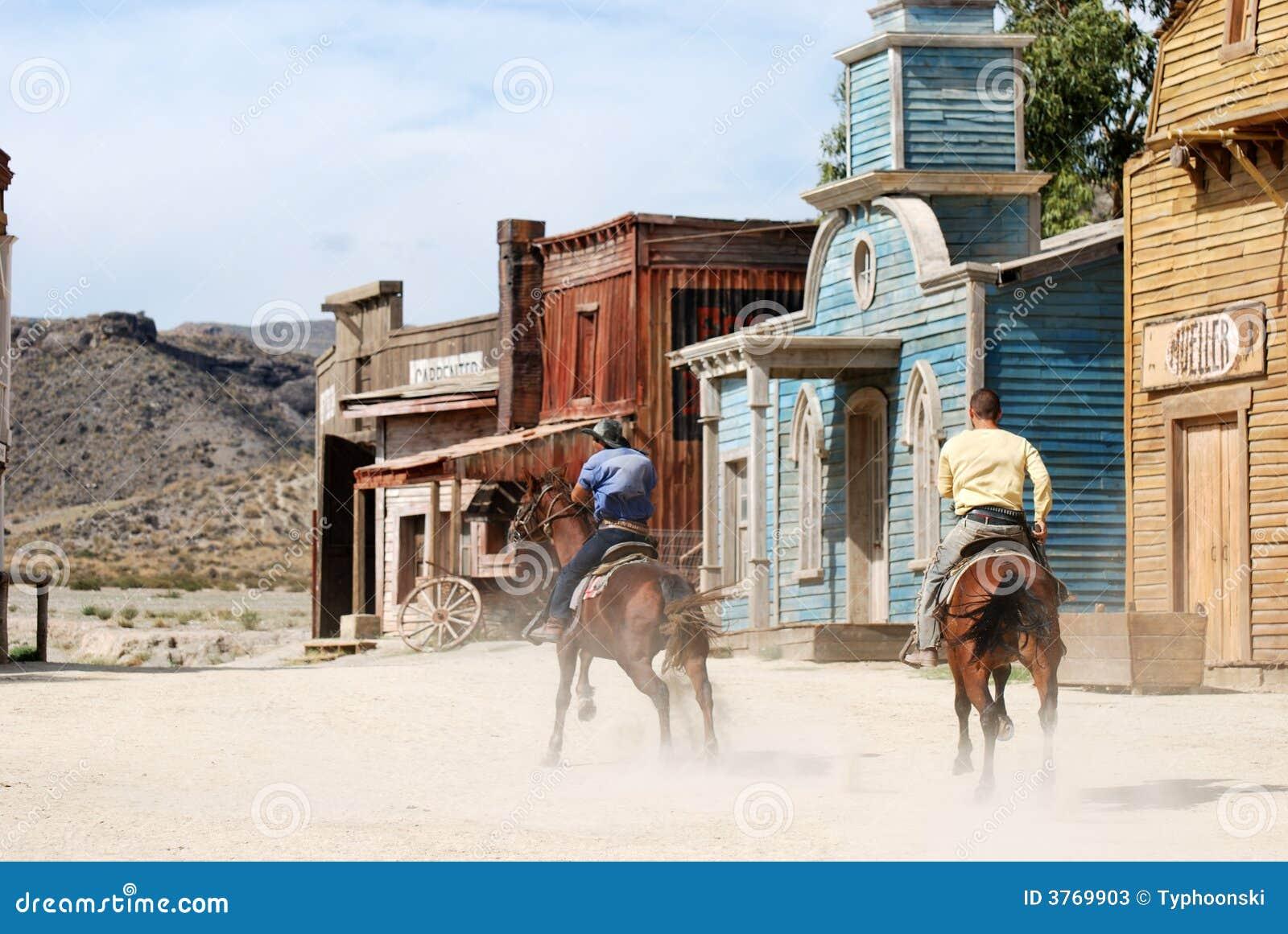 Cowboys in einer amerikanischen westlichen Stadt