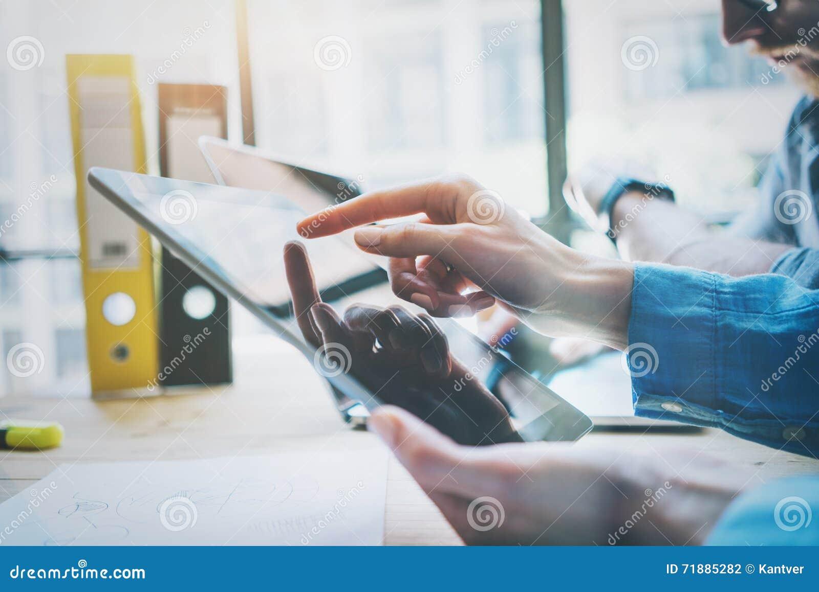 Coworkers drużyny pracy proces w Nowożytnym biurze Kierownik projektu Używa ręki Digital pastylkę Odbicie ekran Młody biznes
