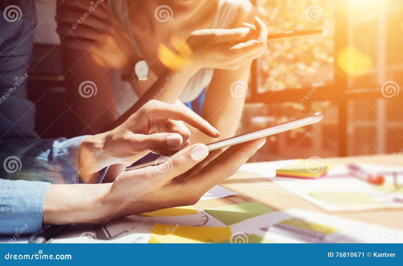 Coworkers Robi Wielkim decyzjom Młodego Biznesowego marketing drużyny dyskusi pracy Korporacyjnego pojęcia Nowożytny biuro nowy